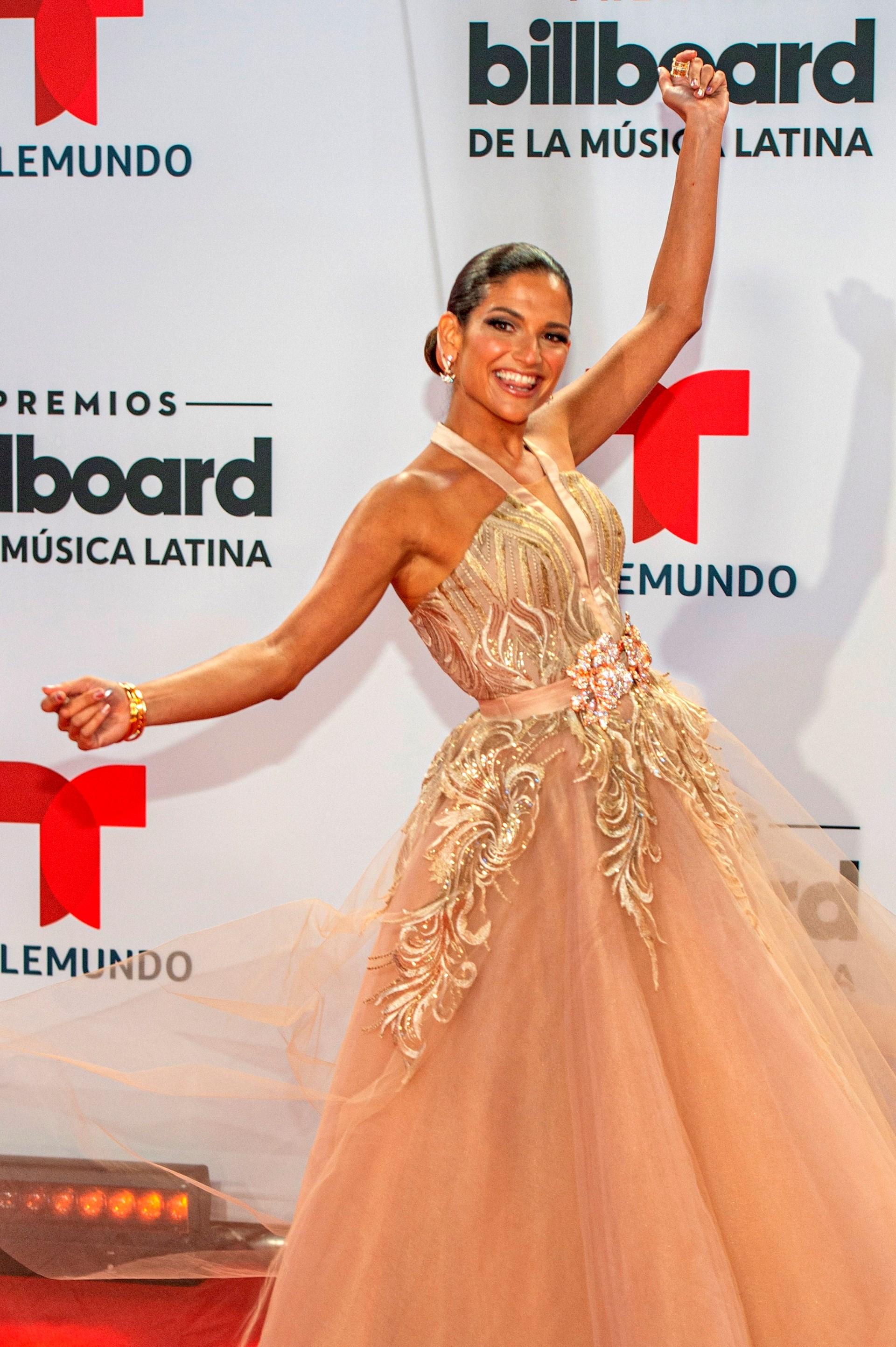 La cantante española Natalia Jiménez posa hoy a su llegada a la alfombra roja de los Premios Billboard de la Música Latina (Foto: EFE/Giorgio Viera)
