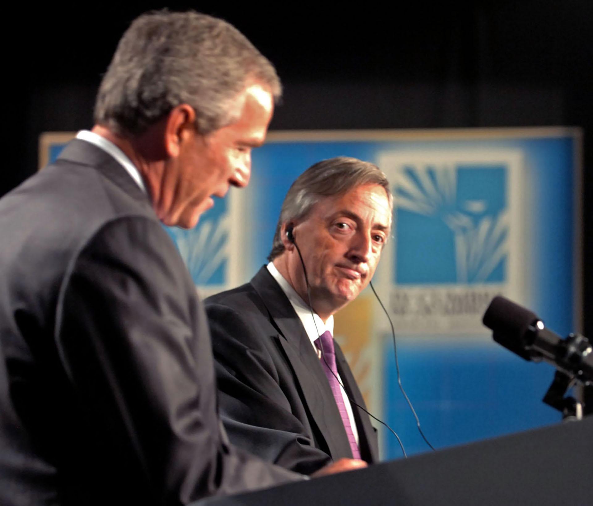 Néstor Kirchner escucha atentamente a George W. Bush durante la conferencia de prensa que ofrecieron luego de reunirse