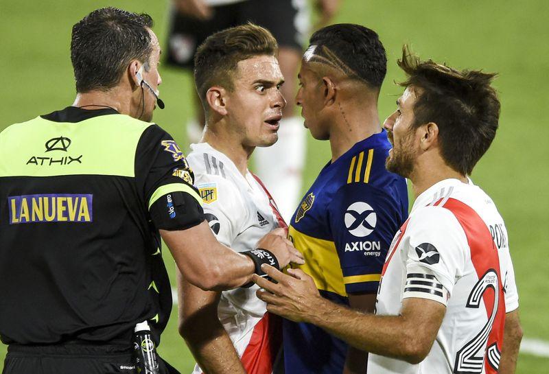 Intenso cara a cara entre Borré y Villa sobre el final, con Rapallini como mediador (REUTERS/Marcelo Endelli)