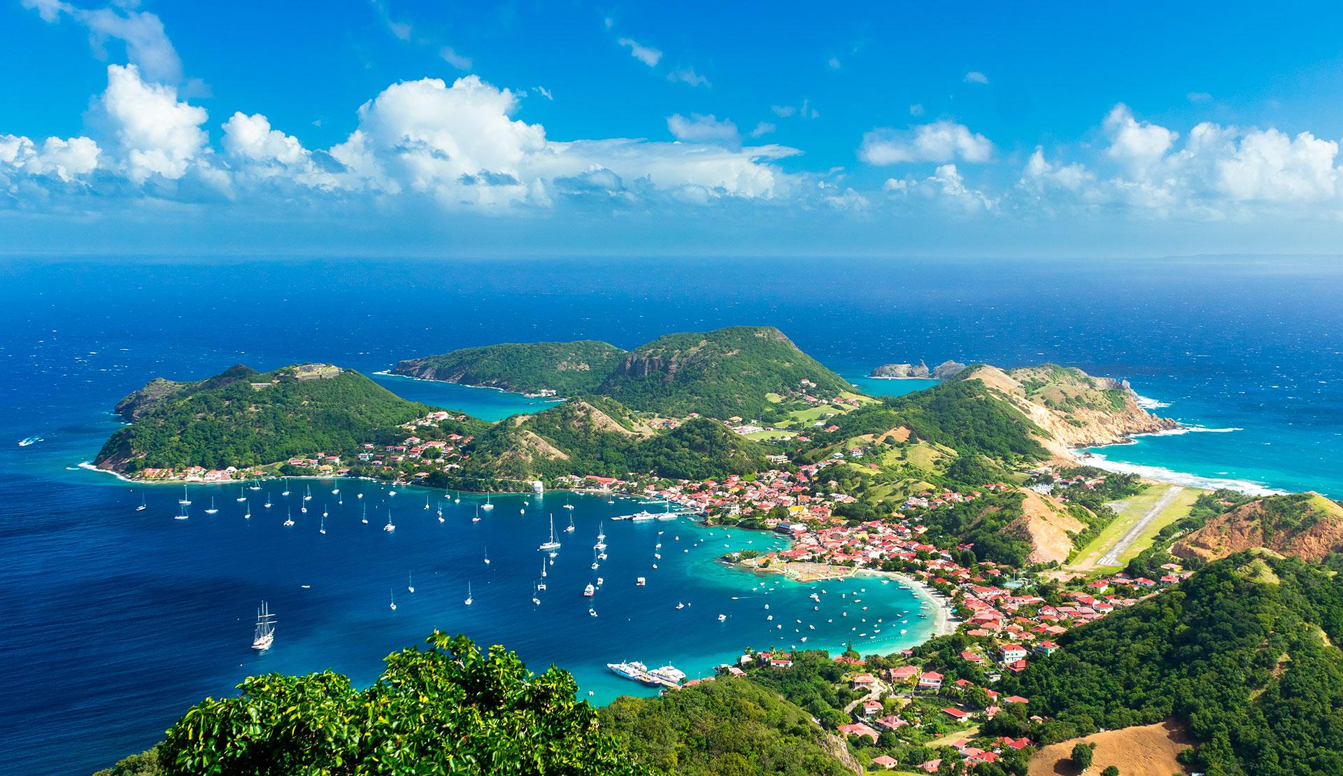 Es fácil ver por qué Guadalupe ha sido durante mucho tiempo un lugar de vacaciones favorito entre los turistas franceses. El territorio en forma de mariposa tiene cascadas asombrosas, playas de arena blanca y aguas cristalinas perfectas para bucear. El archipiélago de ocho islas encantadoras tiene toneladas de lugares hermosos para elegir