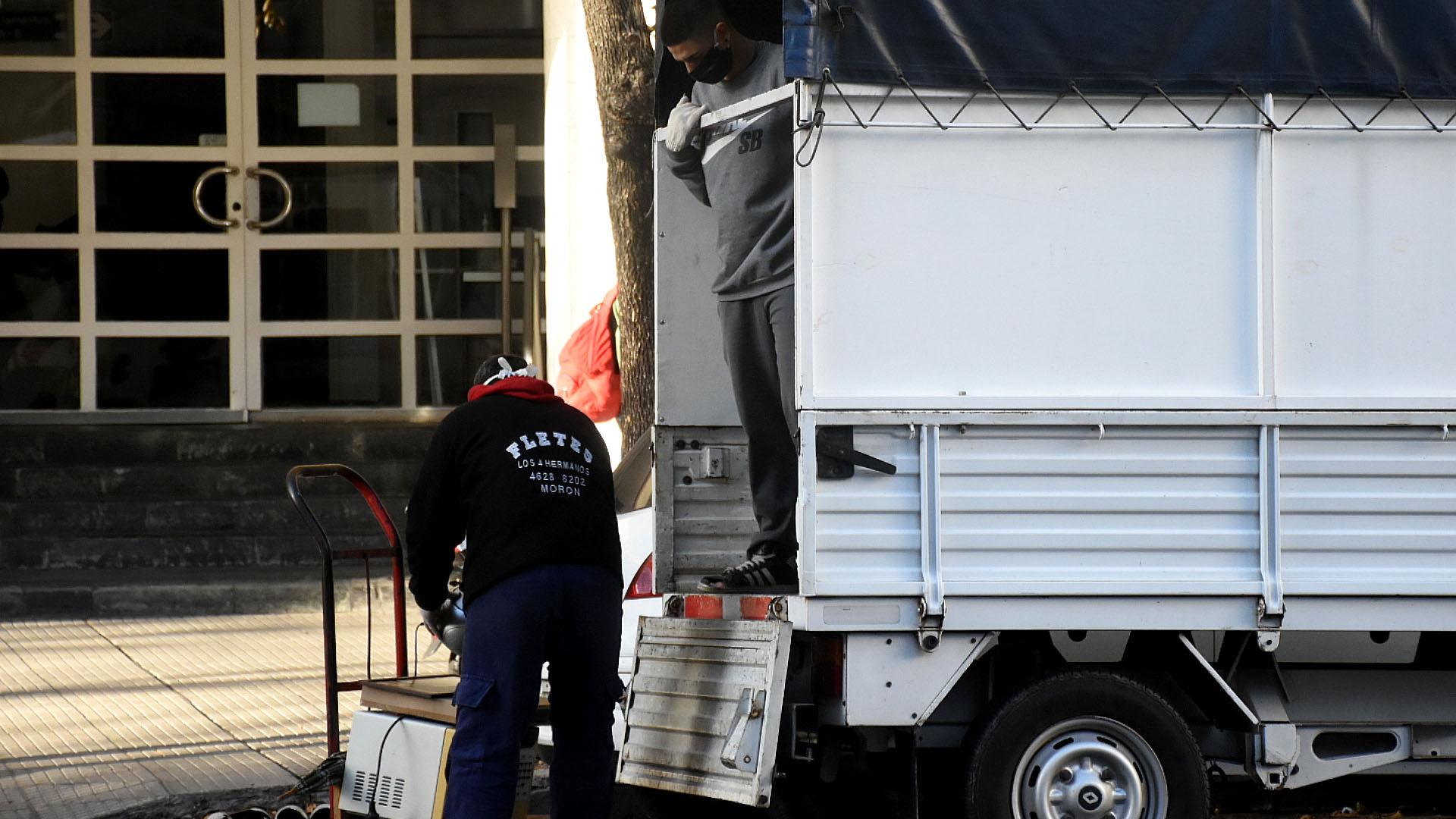 Uno de los camiones de mudanzas que comenzaron a recorrer las calles de la Ciudad de Buenos Aires