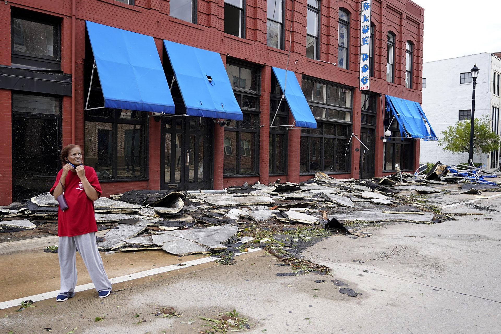 Una mujer pasa por una calle cerca de negocios que fueron destruidos por el huracán Laura en Lake Charles(Foto AP/Gerald Herbert)