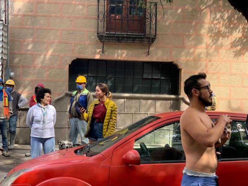 Gente reacciona después de un terremoto en la Ciudad de México. 23 de junio de 2020. Foto: REUTERS/Carlos Jasso