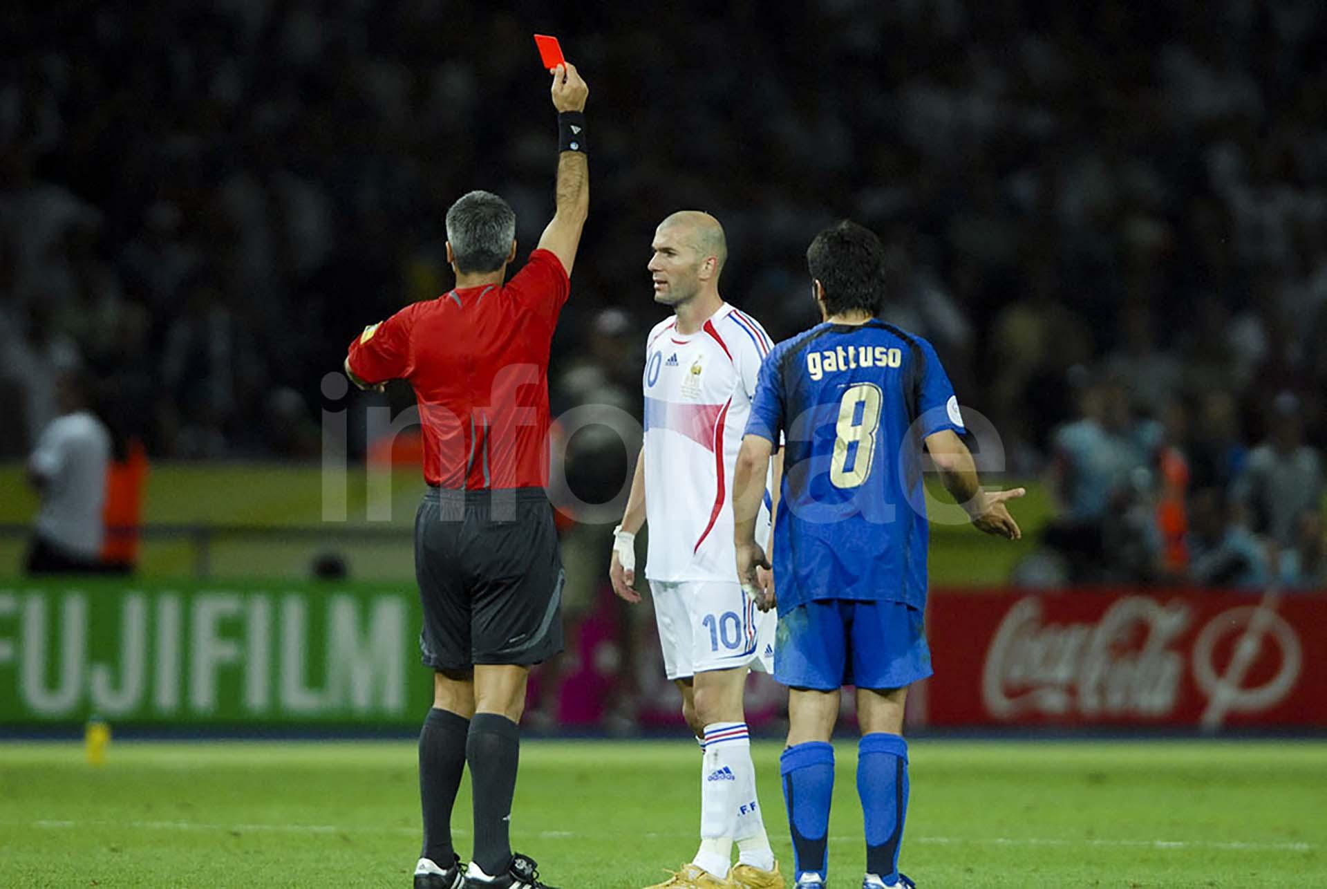 Zinedine Zidane es expulsado tras golpear al italiano Marco Materazzi en la final del Mundial de Alemania 2006