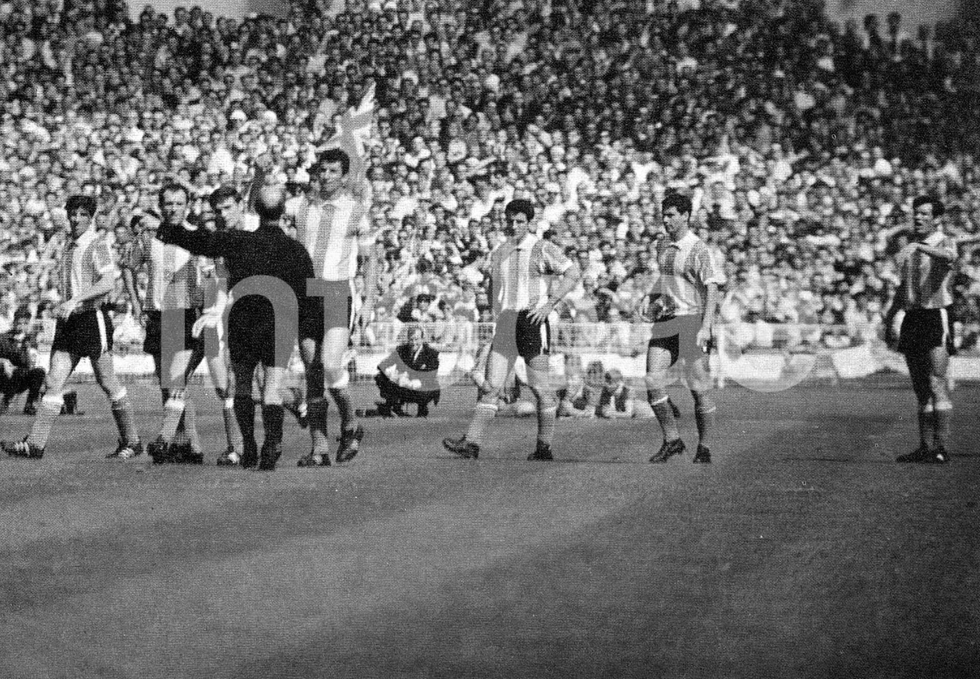 Antonio Rattín es expulsado en un partido entre Inglaterra y Argentina en el Mundial de 1966, iniciando una rivalidad histórica entre ambos seleccionados