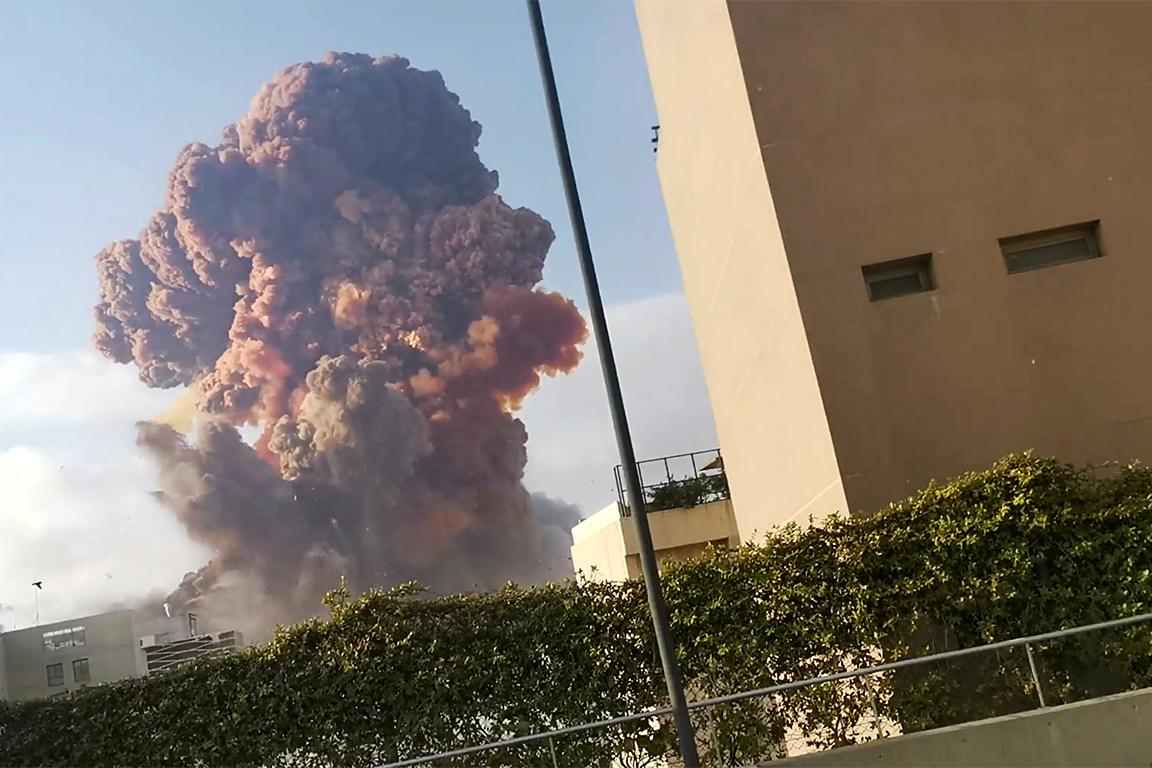 El incendio comenzó cerca de los silos de trigo del puerto, en un almacén de explosivos (Karim Sokhn/ Instagram vía Reuters)
