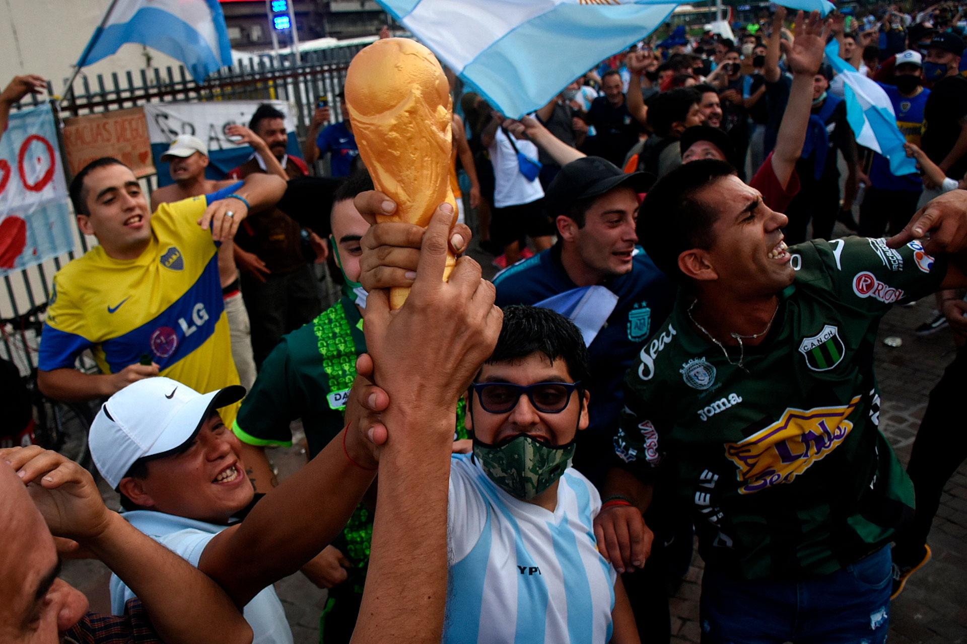 Otra vez la Copa del Mundo. Mezclados, hinchas de Chicago y Boca. Maradona no entendió de colores (Nicolás Stulberg)