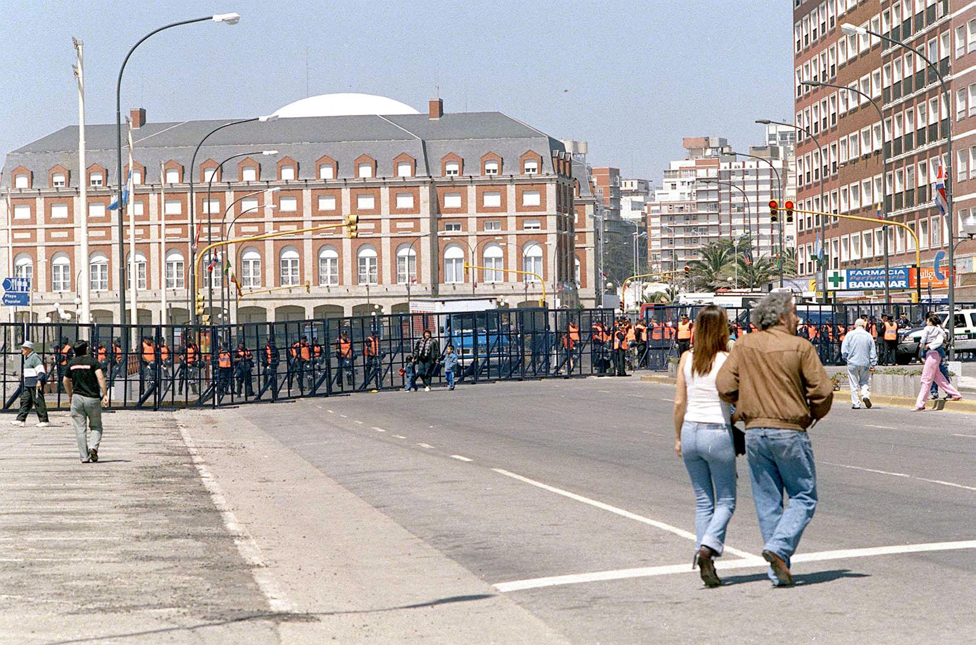 El centro de la ciudad de Mar del Plata fue vallado y se implementó un fuerte control en las calles para garantizar la seguridad de los presidentes extranjeros