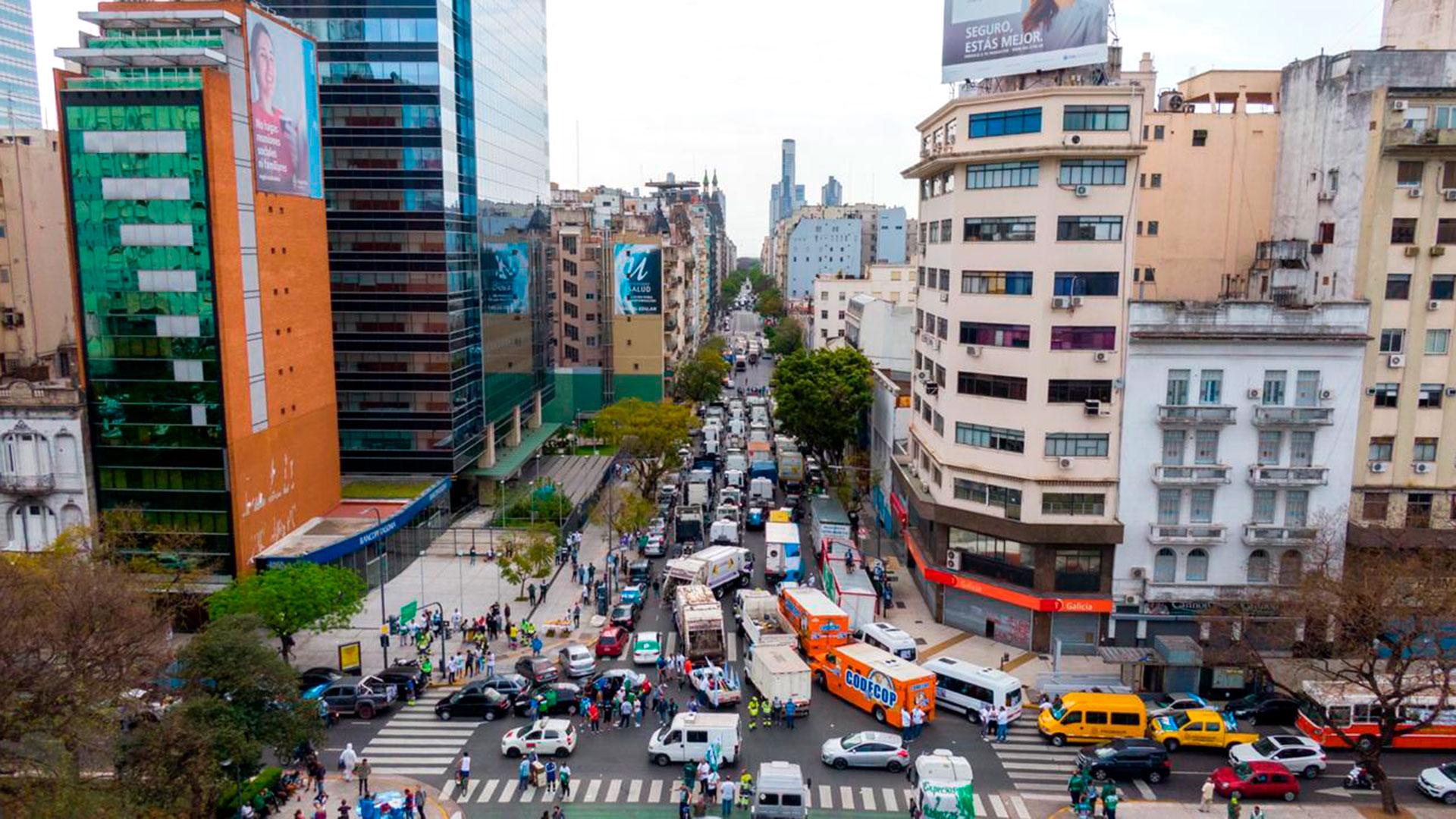 La avenida 9 de Julio, colmada de vehículos, especialmente camiones y ómnibus