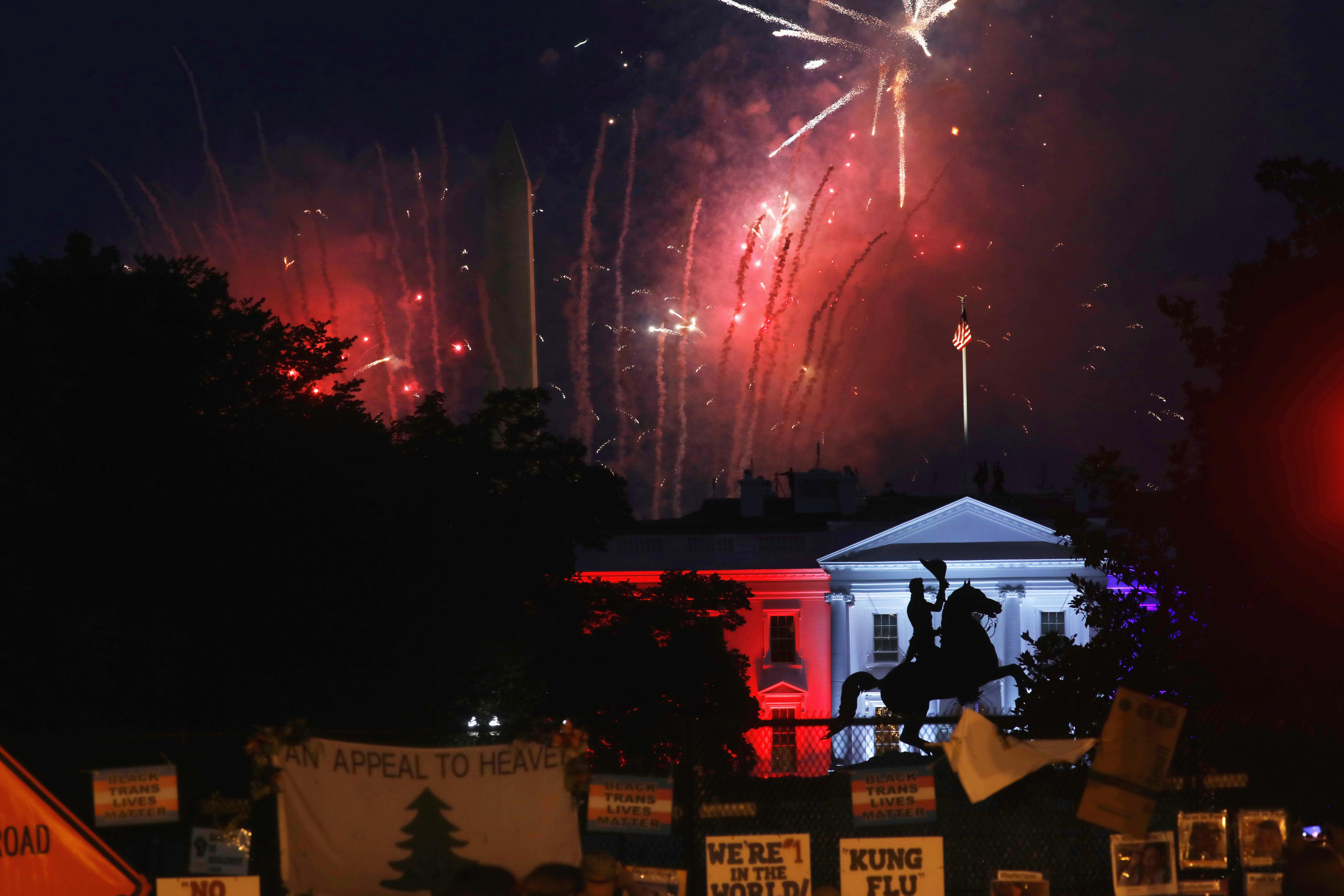 La Casa Blanca se pinta de los colores de la la bandera de EEUU para conmemorar la Independencia del país