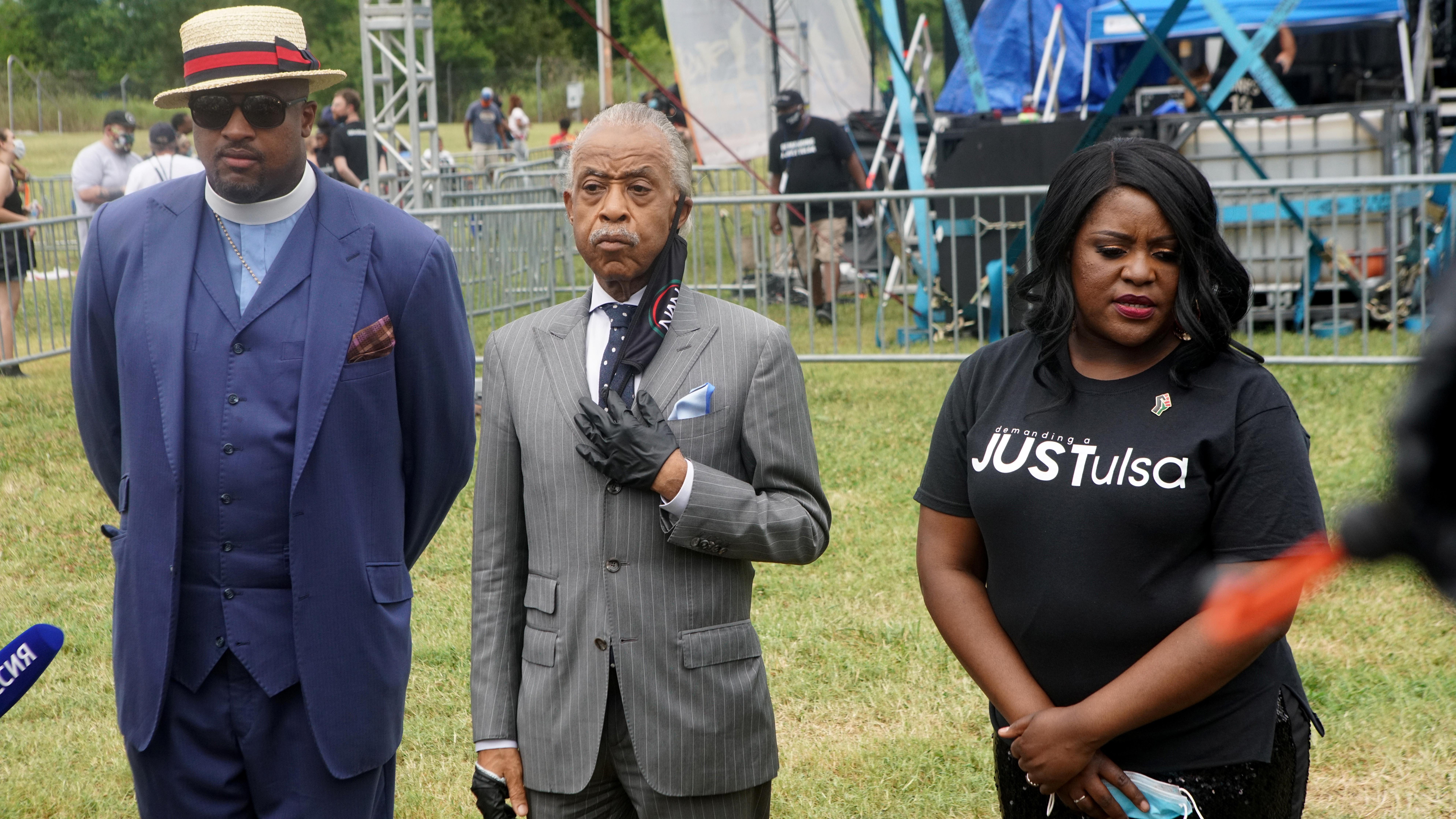 El reverendo Al Sharpton junto a Robert Turner y Tiffany Crutcher durante las conmemoraciones de Juneteenth REUTERS/Lawrence Bryant
