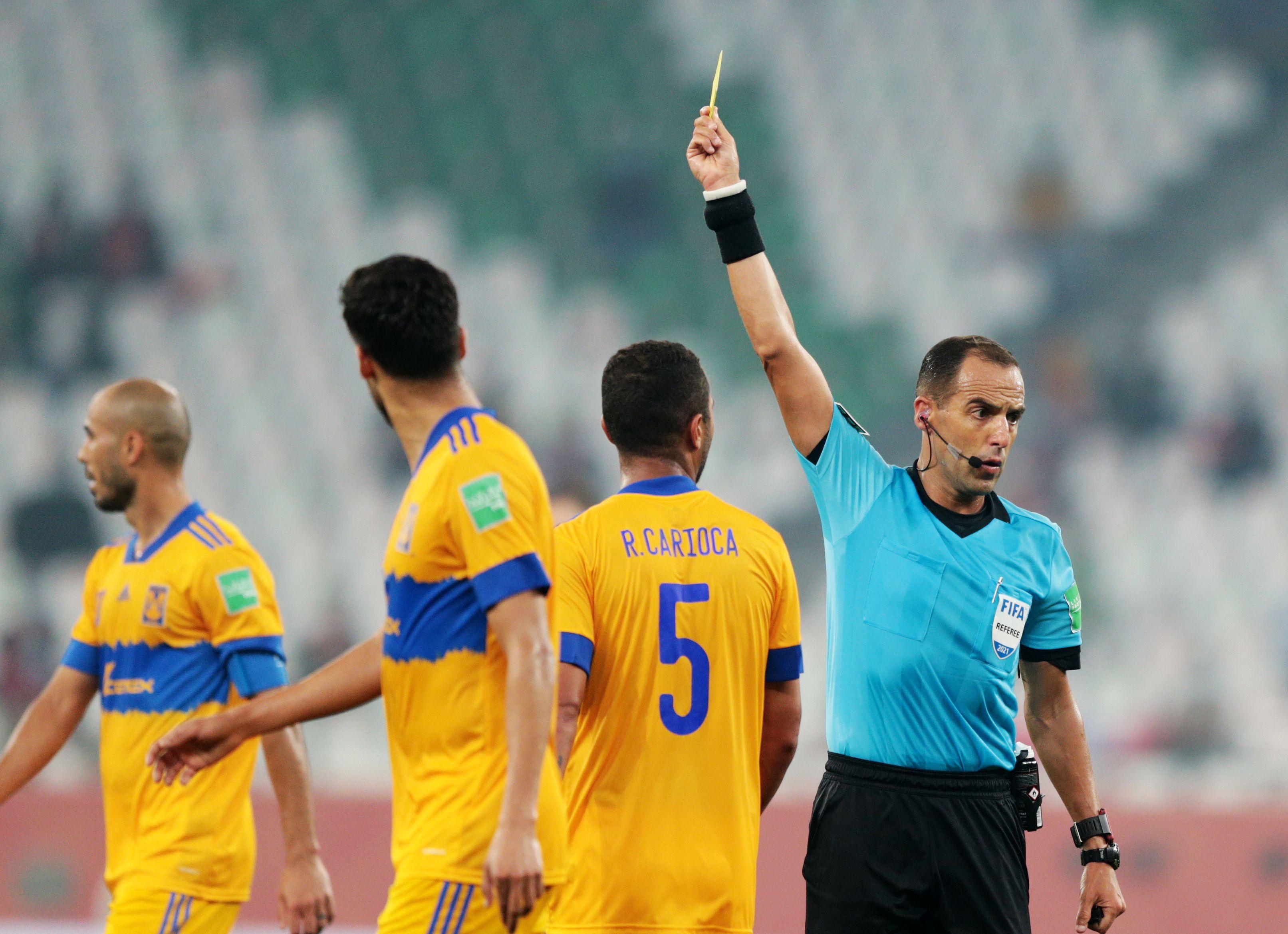 El referí Esteban Ostojich saca tarjeta amarilla a Rafael Carioca de Tigres.