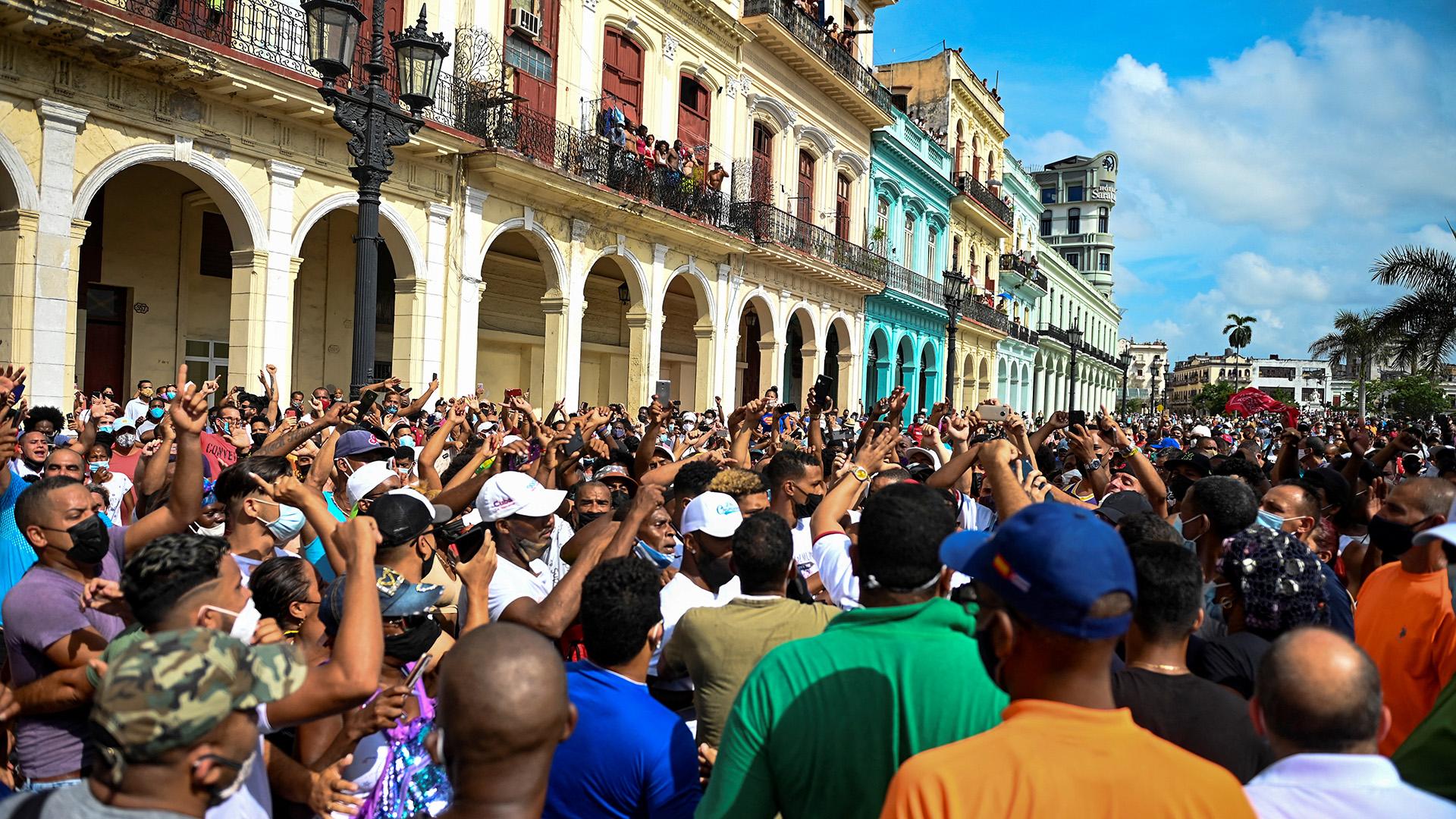 """Abajo la dictadura!"""": miles de cubanos salieron a las calles para protestar contra el régimen en medio de la grave situación sanitaria - Infobae"""