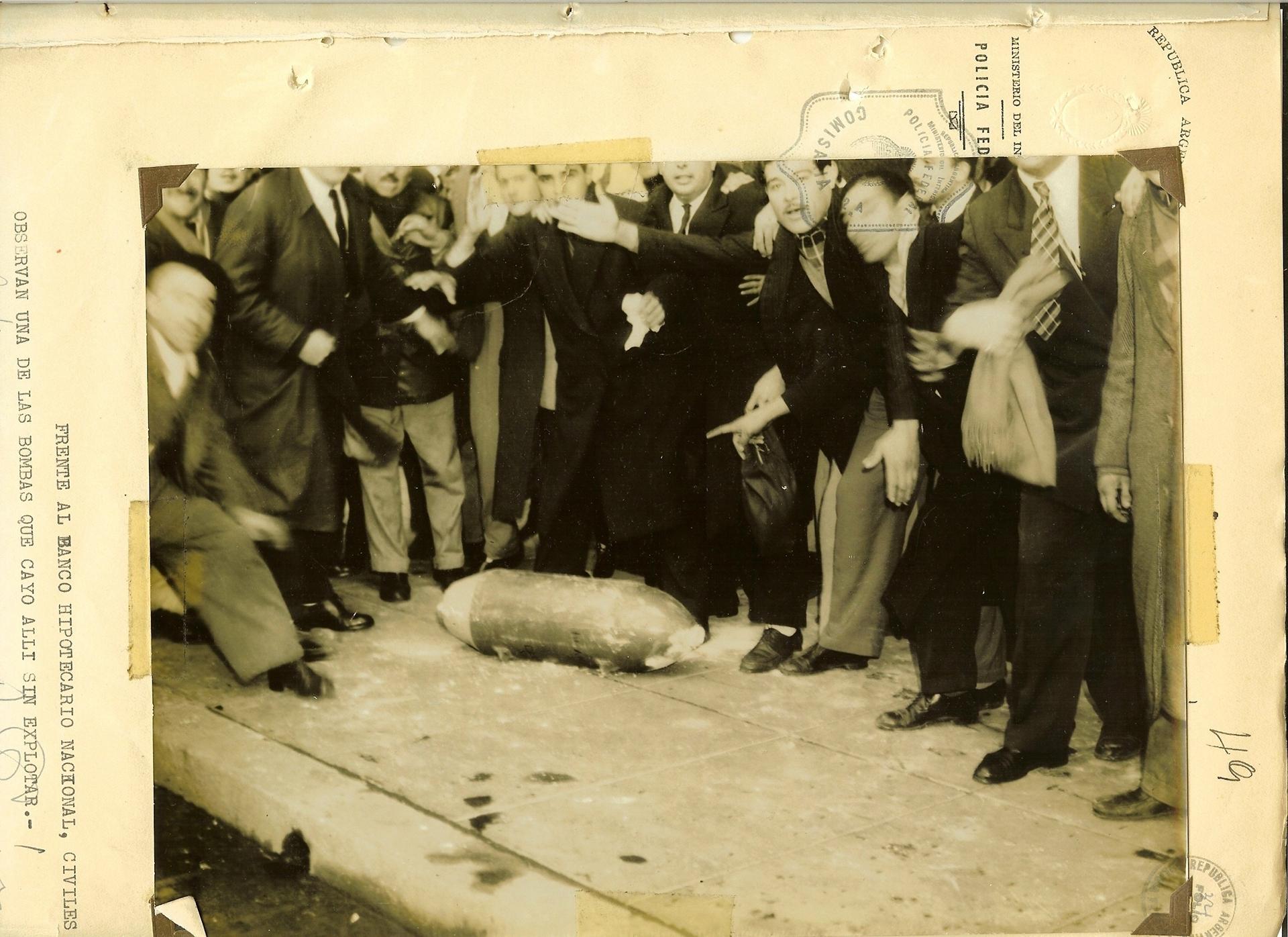 Una bomba que no explotó rodeada de gente. Junio de 1955. Plaza de mayo.