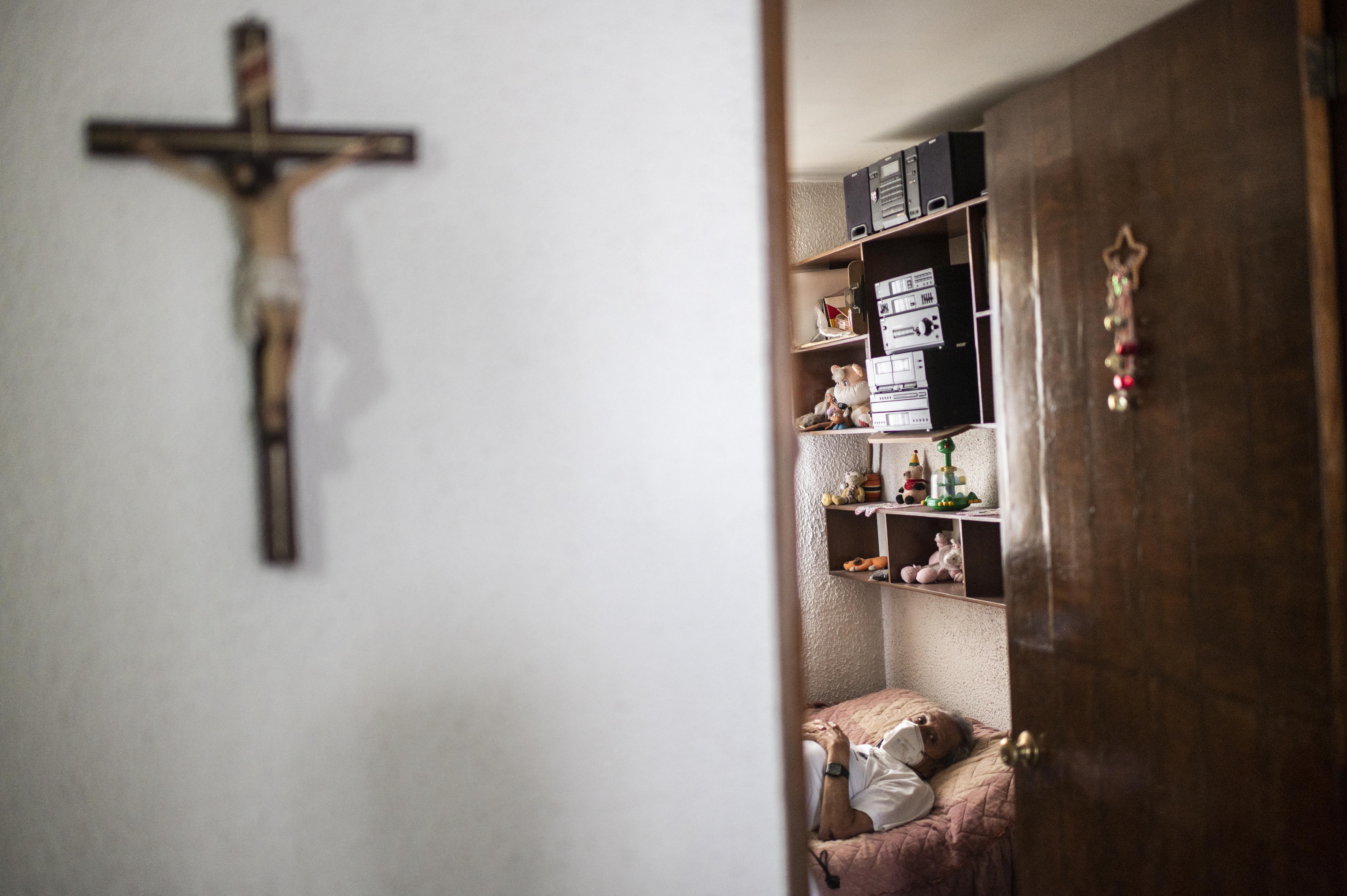 El paramédico Jorge Lino, de 52 años, (fuera de cuadro), controla a un hombre con síntomas de COVID-19 en Ciudad Nezahualcóyotl, Estado de México, México, el 21 de junio de 2020 durante la nueva pandemia de coronavirus. (Foto por Pedro PARDO / AFP)