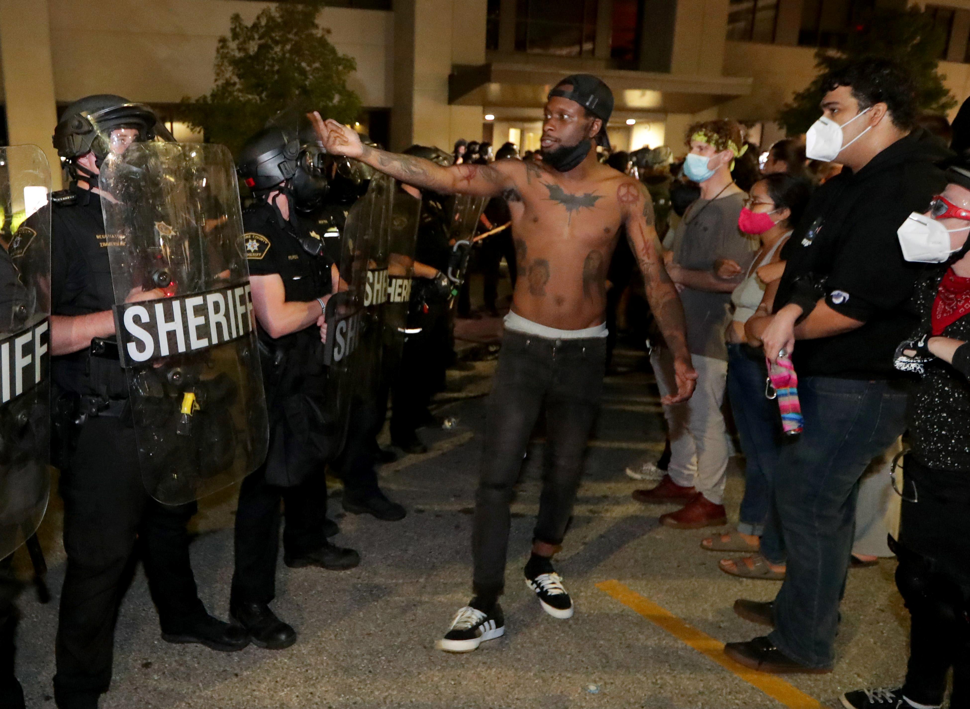 Un hombre se enfrenta a la policía frente al departamento de policía en de Kenosha (Mike De Sisti/Milwaukee Journal Sentinel via USA TODAY via REUTERS)