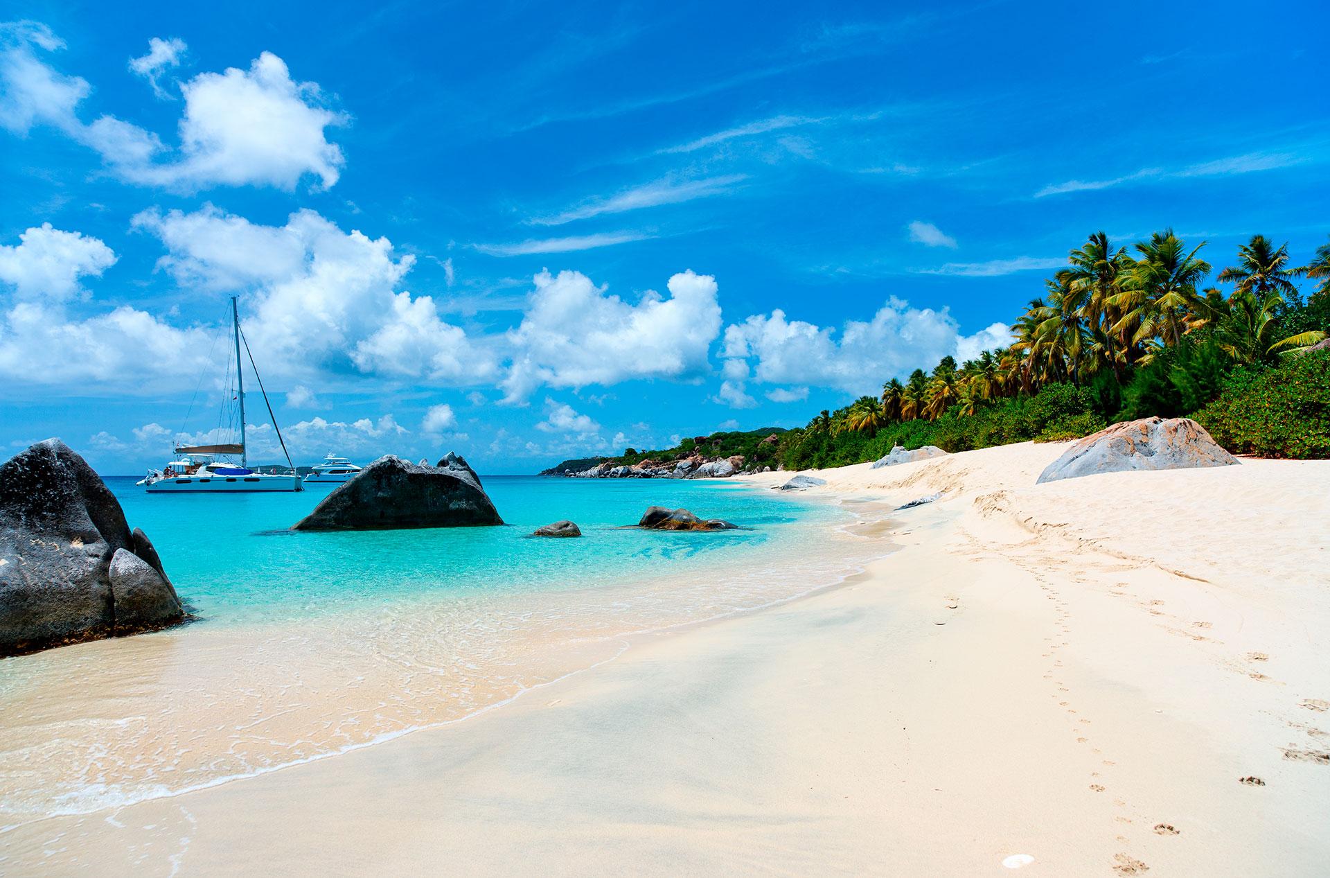 Virgen Gorda es la tercera más grande de las Islas Vírgenes Británicas, con una belleza natural que cubre prácticamente la totalidad de sus 8.5 millas cuadradas. La isla ofrece tranquilas playas, calas y parques nacionales llenos de flora. Quizás la atracción más bonita y popular son los Baños, una zona costera donde enormes rocas de granito forman pintorescas grutas y piscinas de agua salada