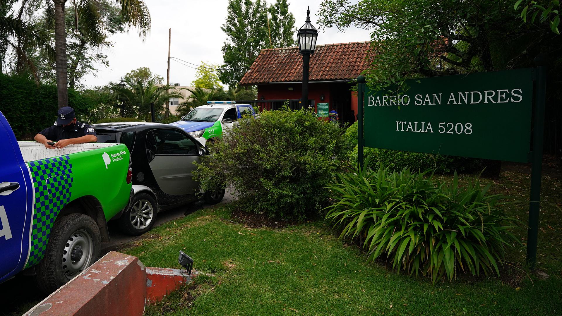 Otra imagen de los móviles policiales en la última residencia del Diez (Franco Fafasuli)