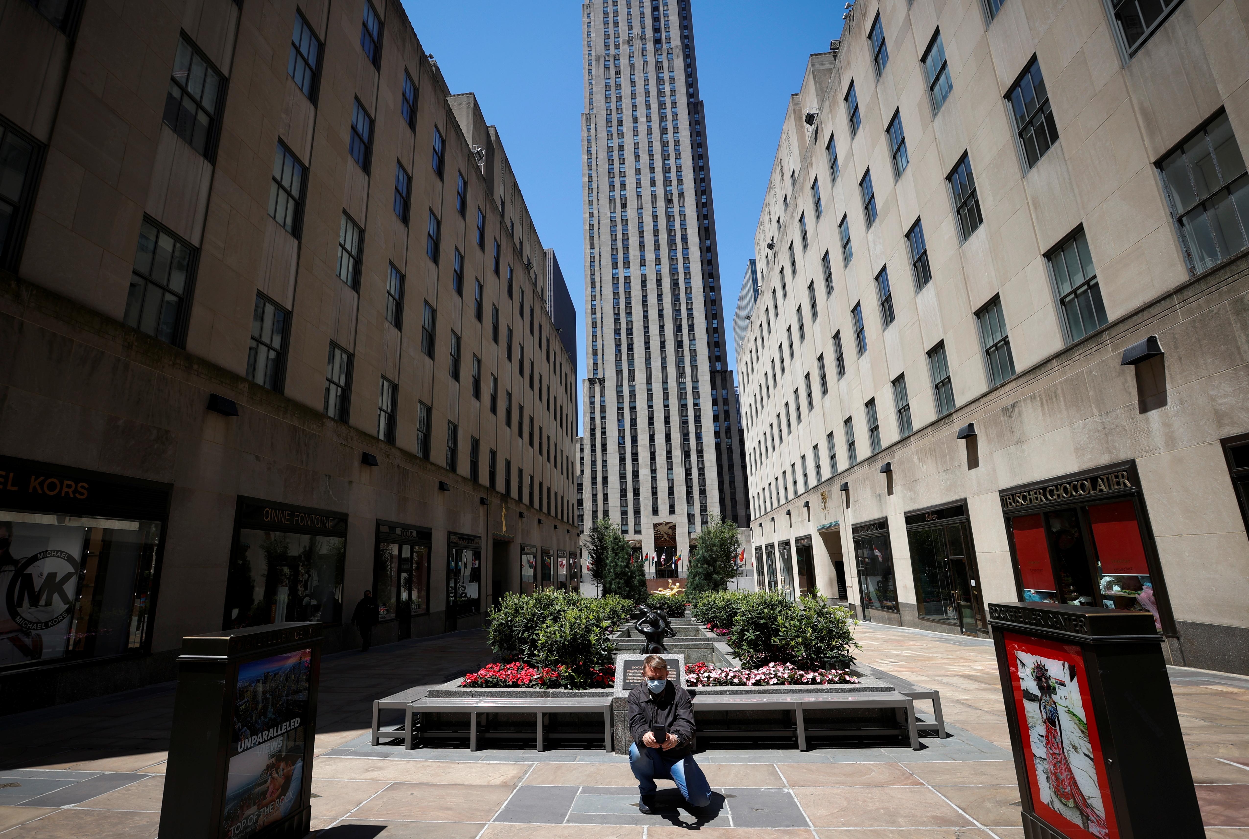 Un hombre se saca una foto en el Rockefeller Center en Manhattan, New York City (REUTERS/Mike Segar)