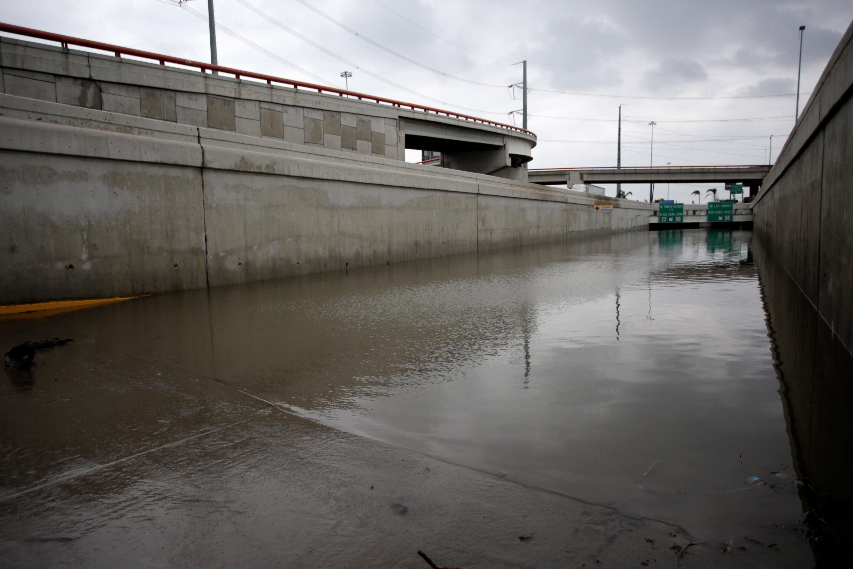 Se ve una vista general de una calle inundada después de la tormenta Hanna en San Nicolás de las Garza, en las afueras de Monterrey, México, 27 de julio de 2020.