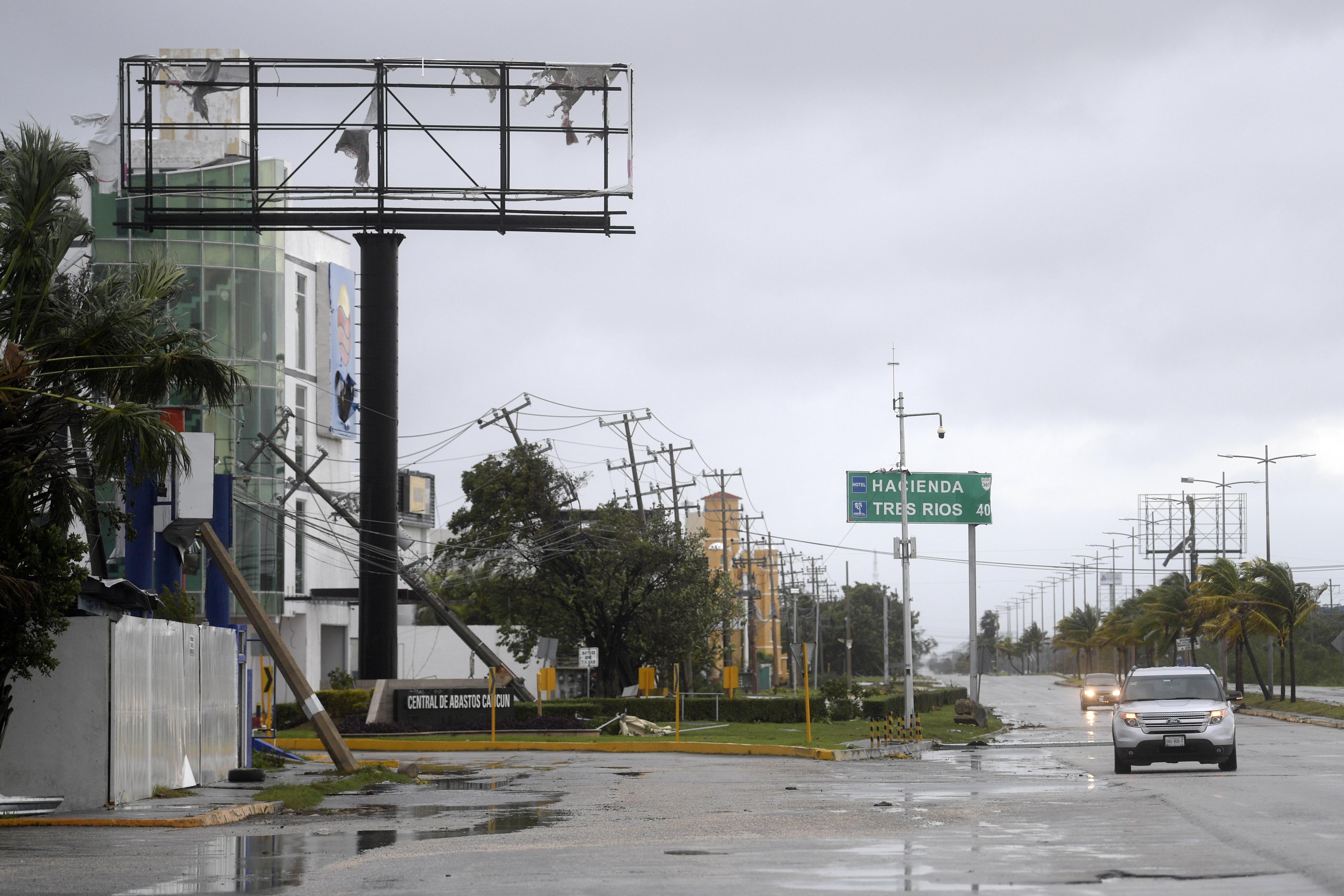 Los automóviles circulan por una carretera después del paso del huracán Delta en Cancún, estado de Quintana Roo, México, el 7 de octubre de 2020.