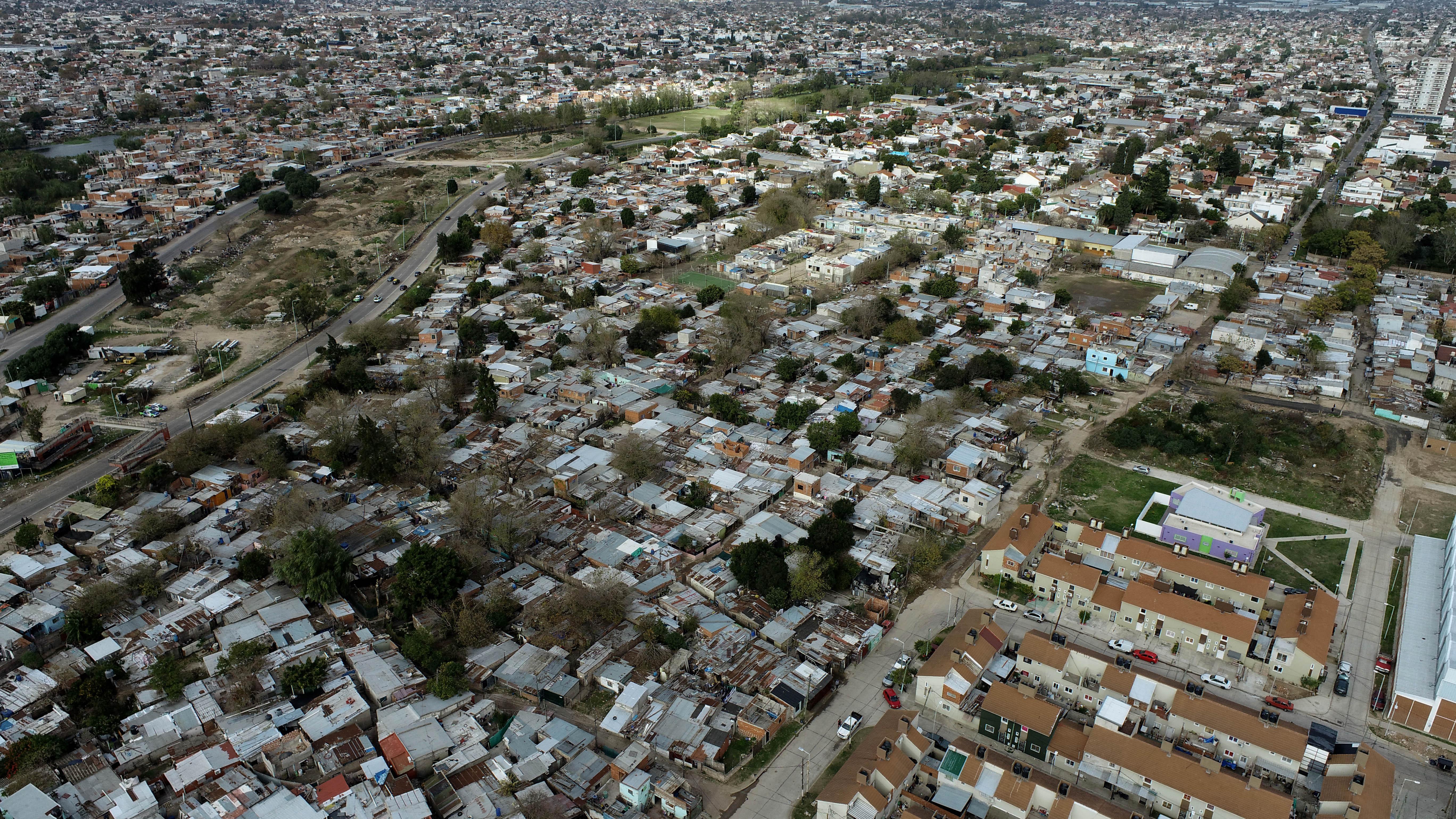 Villa Azul, a la derecha, está separada de Villa Itatí (izquierda) por el Acceso Sudeste, cuya construcción partió en dos lo que hasta 1976 era un único barrio