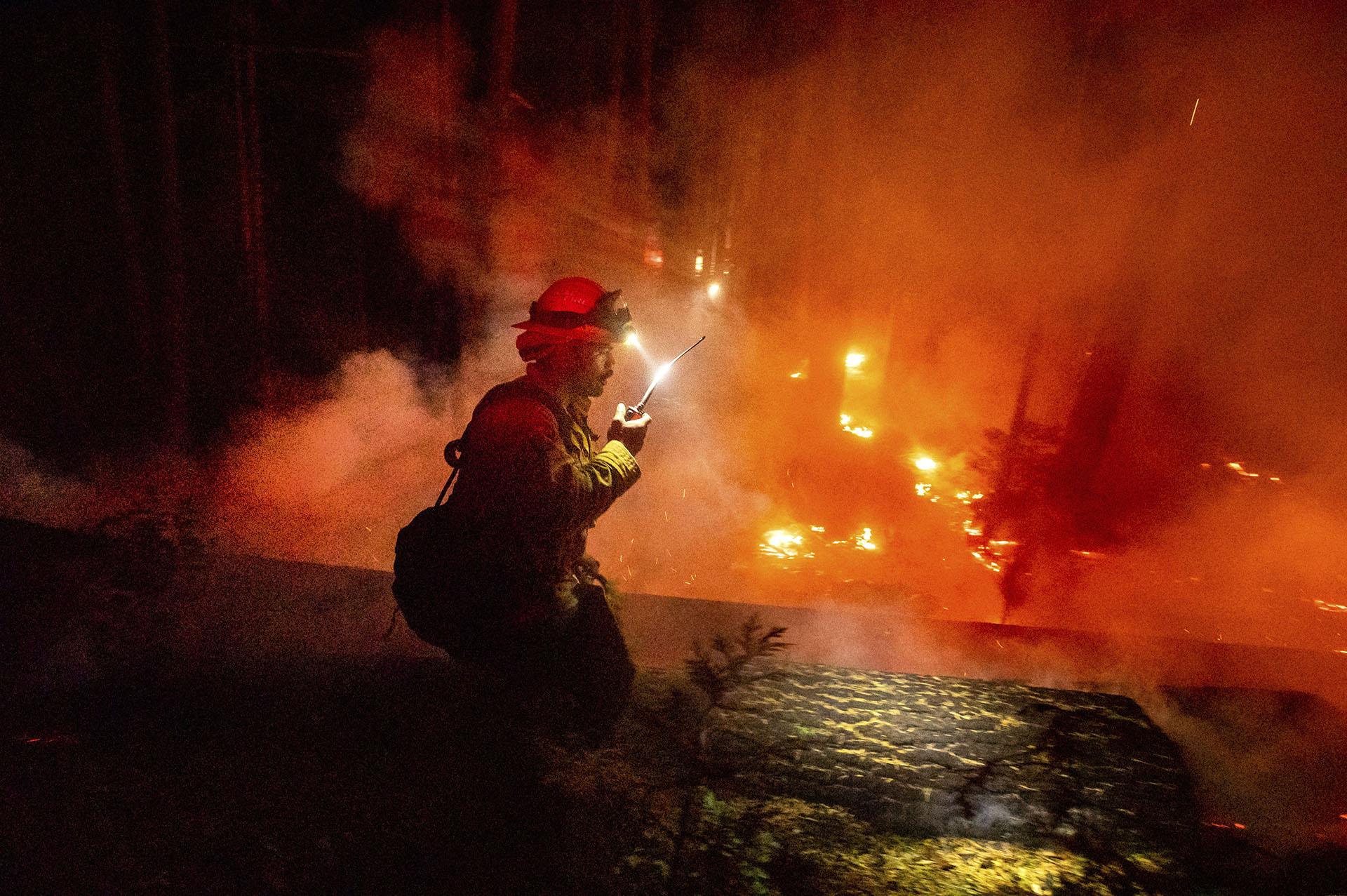 El estado de California vivió este fin de semana largo su segunda oleada de incendios del verano, en medio de una ola de calor en que se han registrado temperaturas muy superiores a las habituales y solo pocas semanas después de que se declarase la primera, a mediados de agosto. (AP/Noah Berger)