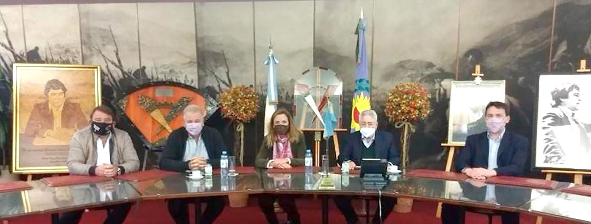 A la derecha de la imagen, el subsecretario de Energía eléctrica Federico Basualdo