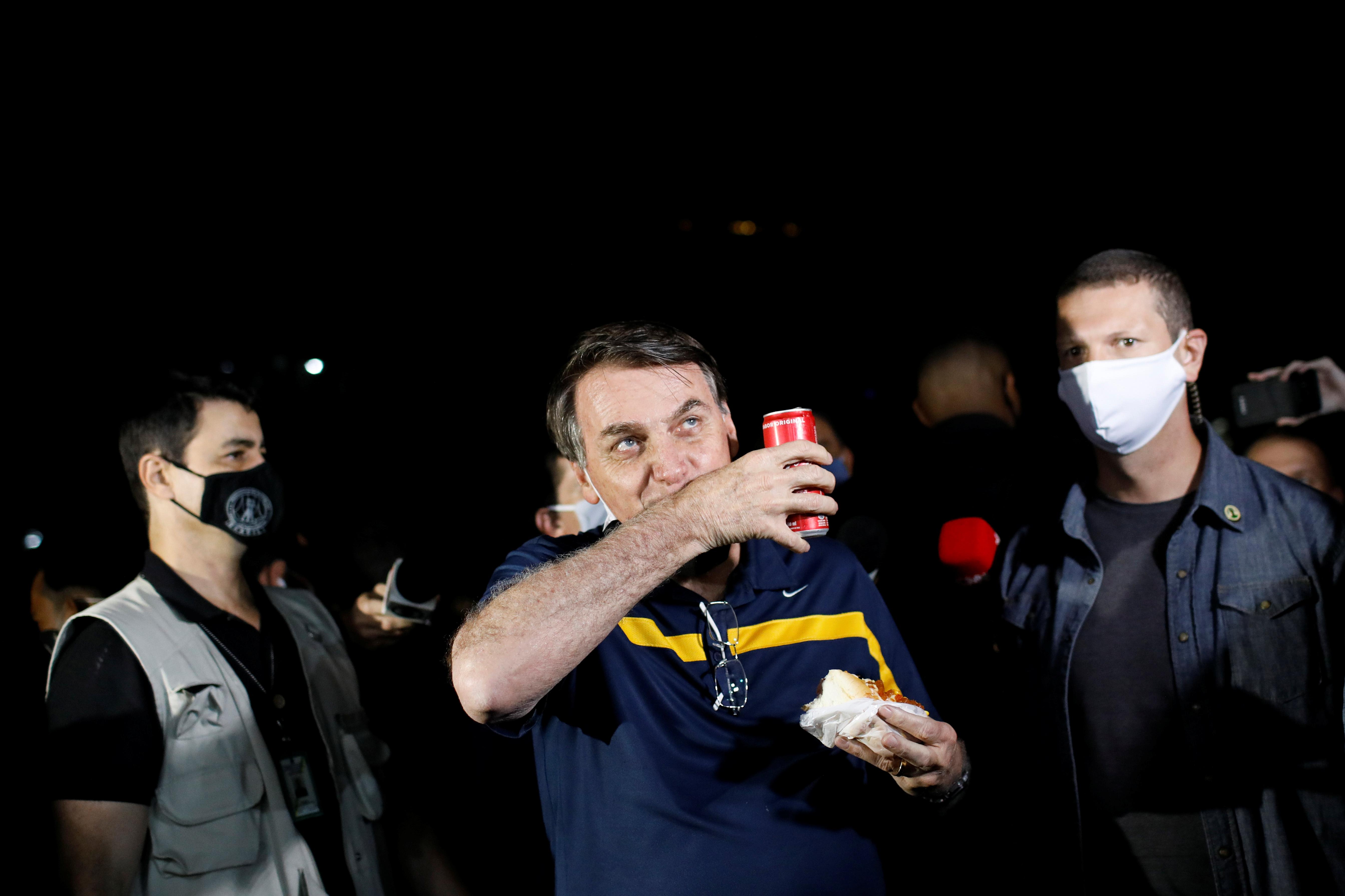 Nuevamente, el presidente Bolsonaro comiendo un hotdog, sin máscara y sin respetar la distancia social REUTERS/Adriano Machado