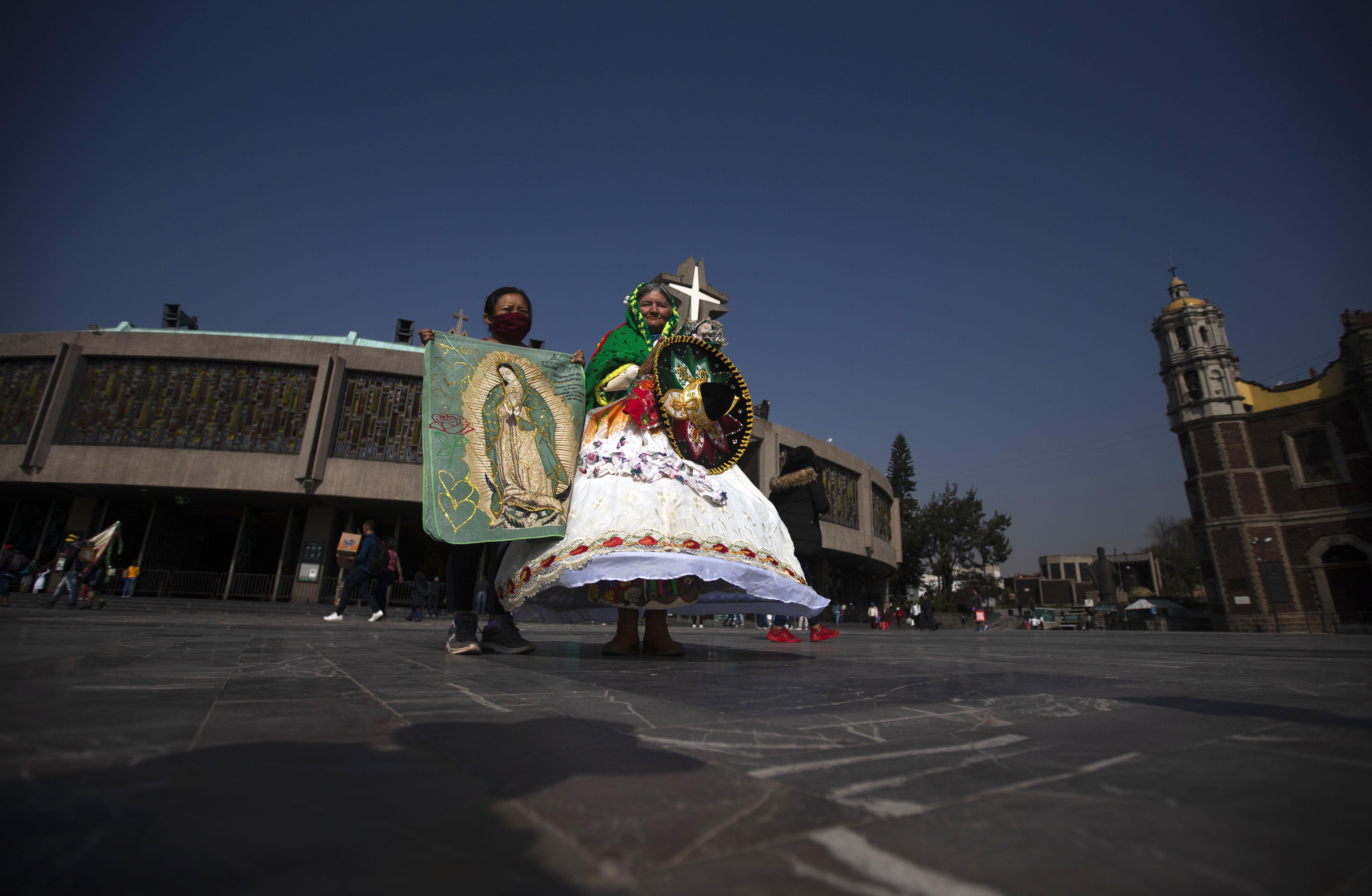 Peregrinos caminan en la plaza frente a la Basílica de la Virgen de Guadalupe en la Ciudad de México, el miércoles 9 de diciembre de 2020.