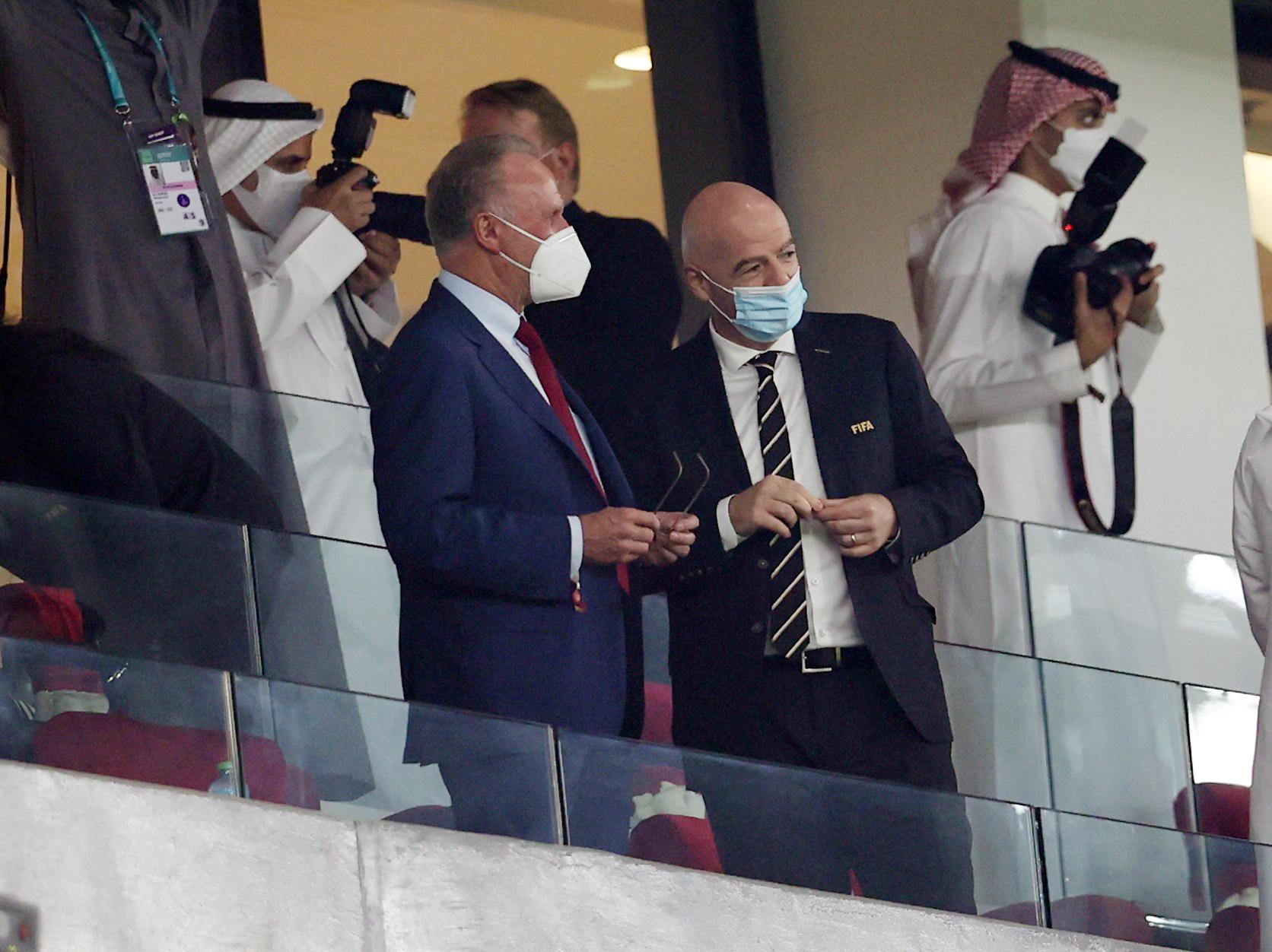 El presidente de la FIFA Gianni Infantino y Karl-Heinz Rummenigge antes de juego. Estadio Ciudad de la Educación en Rayán, Catar
