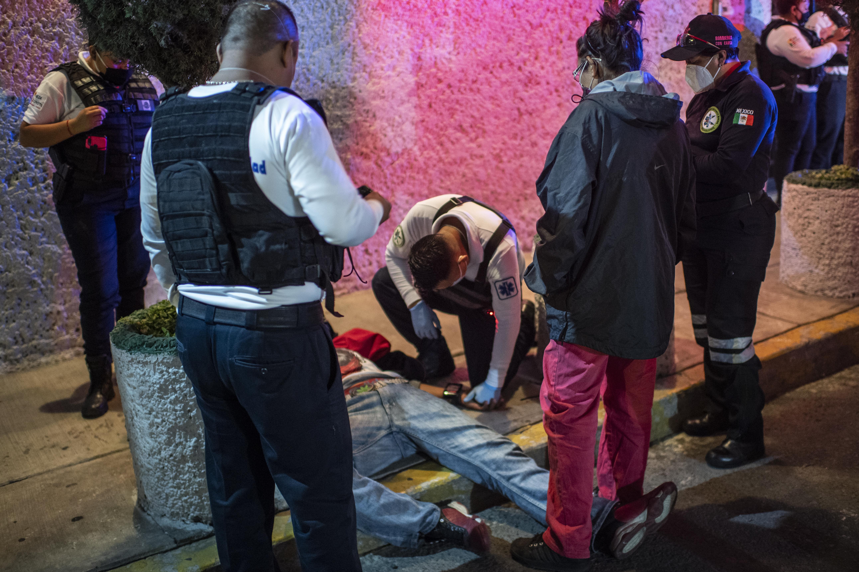 El paramédico Jesús Sholndick, de 29 años, verifica a un adolescente que fue golpeado por su padre en Ciudad Nezahualcóyotl, Estado de México, México, el 17 de junio de 2020 durante la nueva pandemia de coronavirus COVID-19. (Foto por Pedro PARDO / AFP)