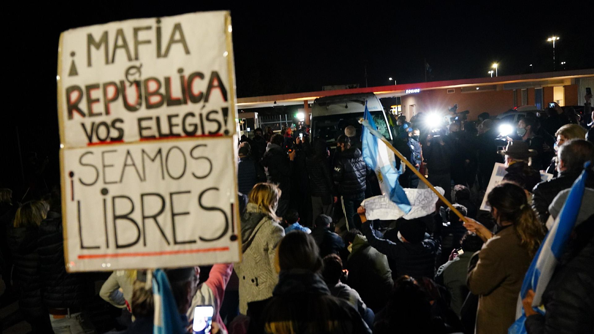 En la entrada al country Ayres del Pilar se apostó un grupo de vecinos para impedir que Báez ingrese al barrio