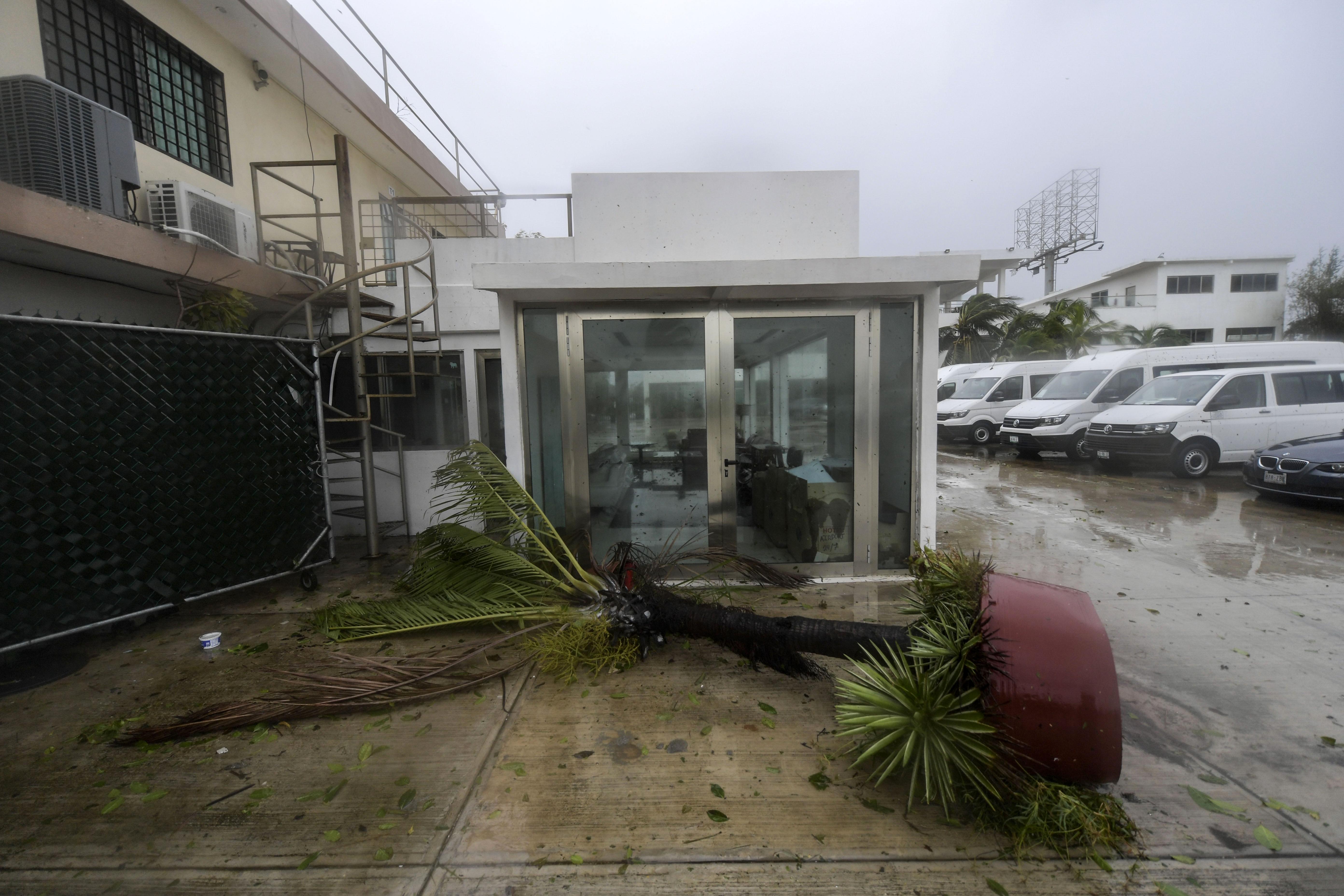 Vista de los daños causados por el huracán Delta en un hotel en Cancún, estado de Quintana Roo, México, el 7 de octubre de 2020.