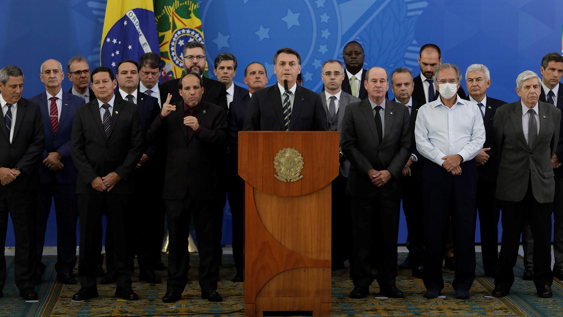 El 24 de abril pasado, el presidente Bolsonaro junto a todos sus ministros durante una conferencia de prensa. Solo uno de ellos usa una máscara facial (REUTERS/Ueslei Marcelino)