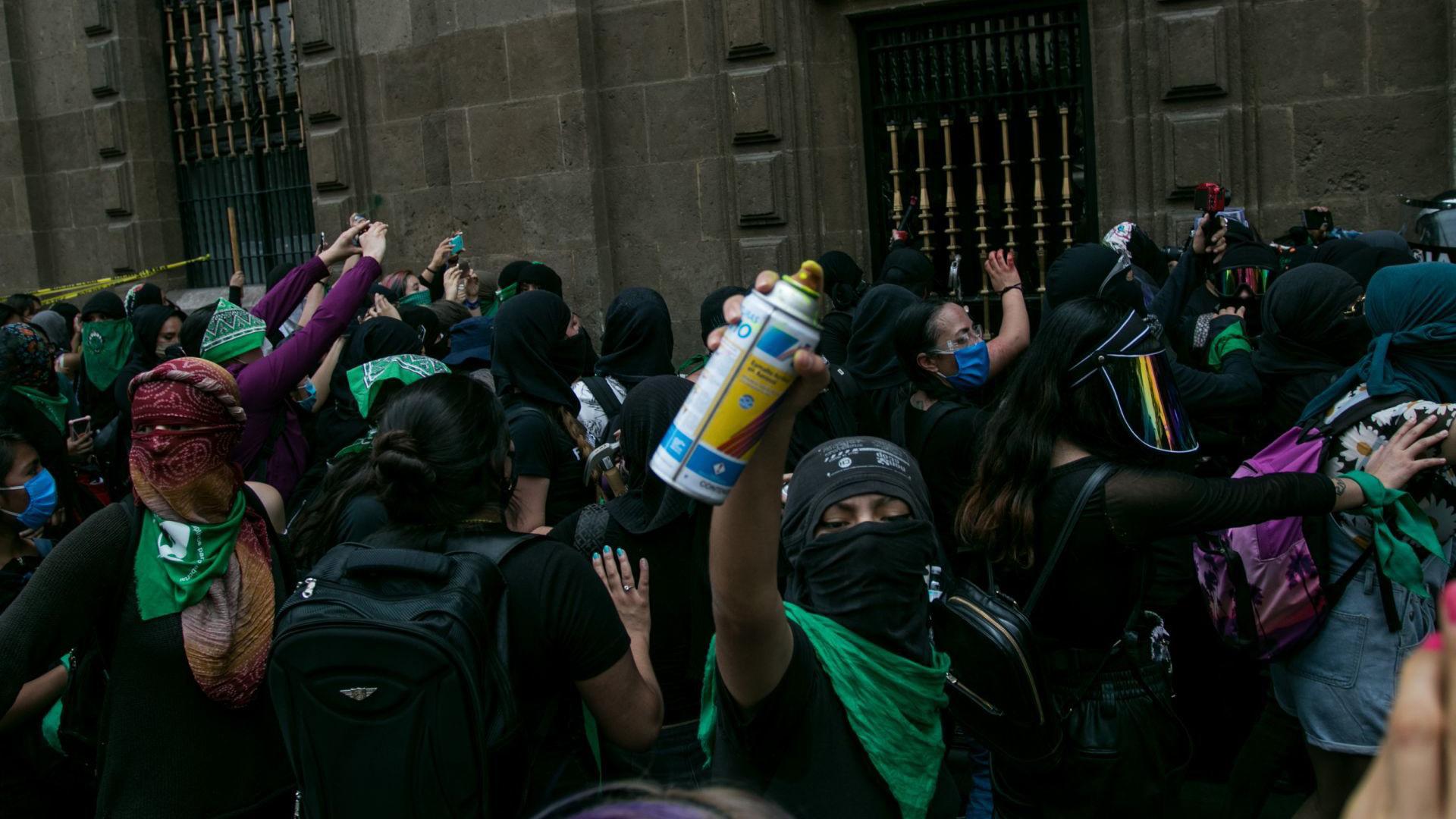 Algunos conatos de violencia suscitaron en las inmediaciones del Zócalo ya que las uniformadas, portando escudos y extintores, no permitieron el paso de las manifestantes (Foto: Cuartoscuro)