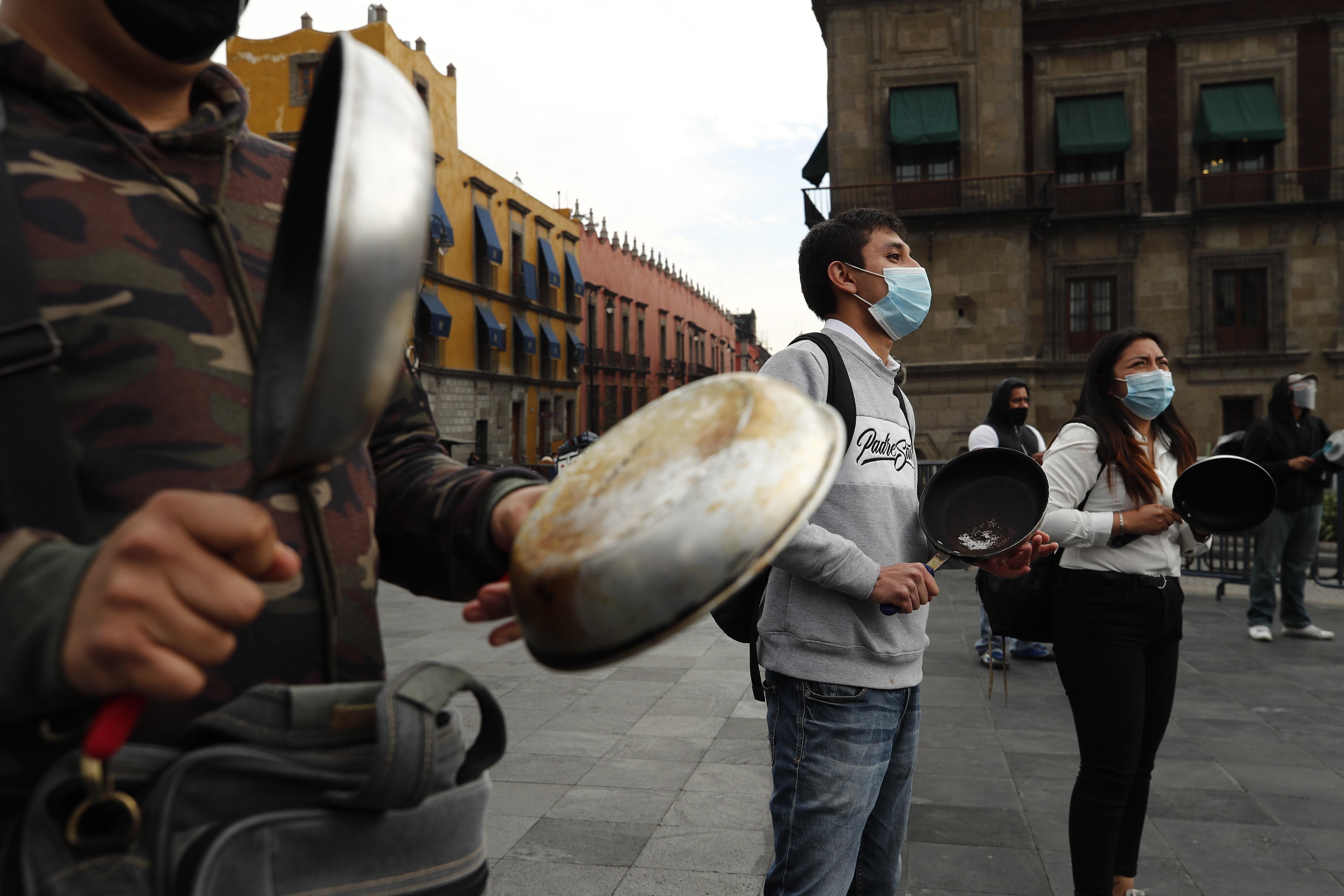 Dueños y empleados de restaurantes protestan hoy mientras exigen poder reabrir a pesar del complejo momento de la pandemia en Ciudad de México, México. 11 de enero de 2021.