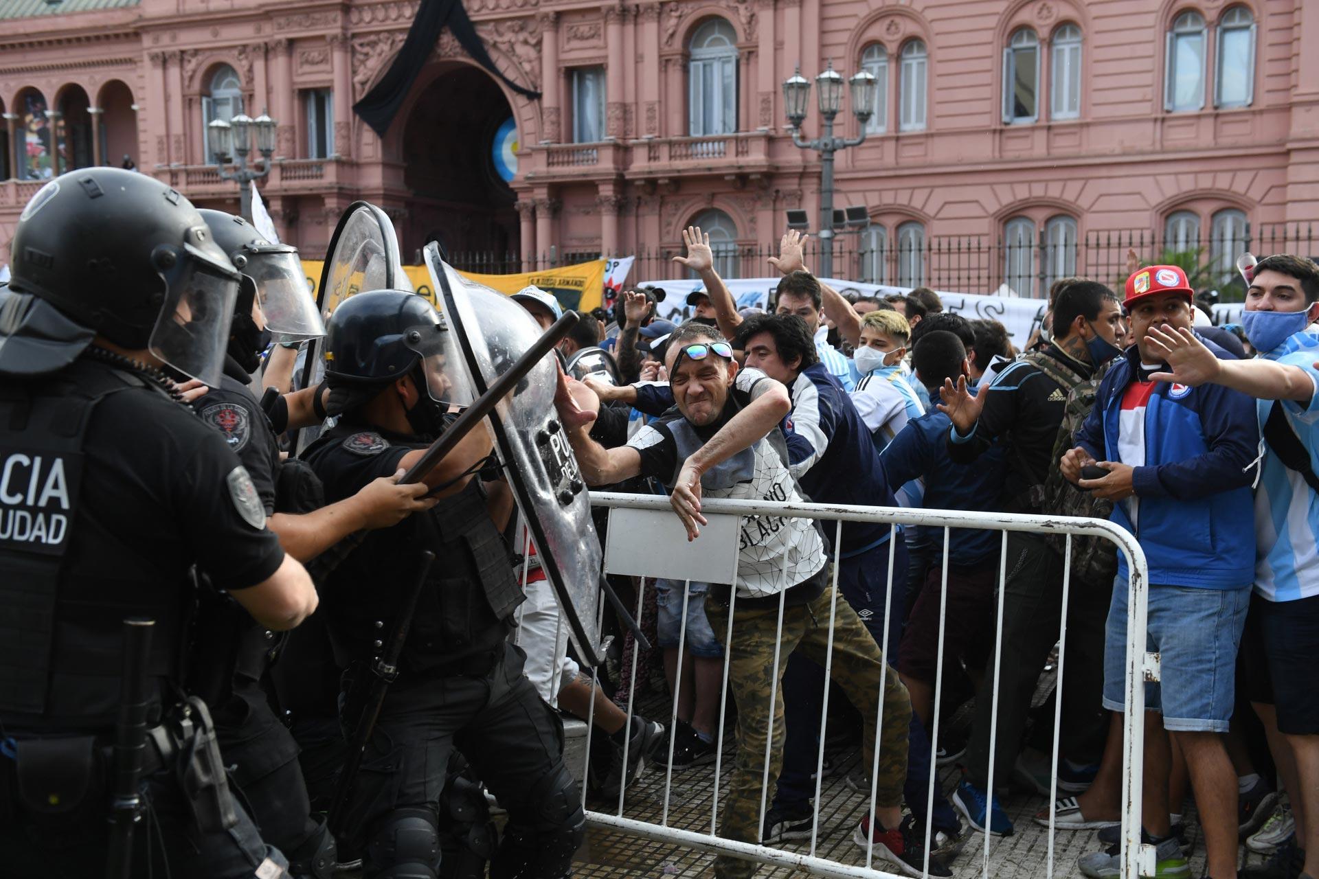 Los fanáticos se enfrentaron con la policía