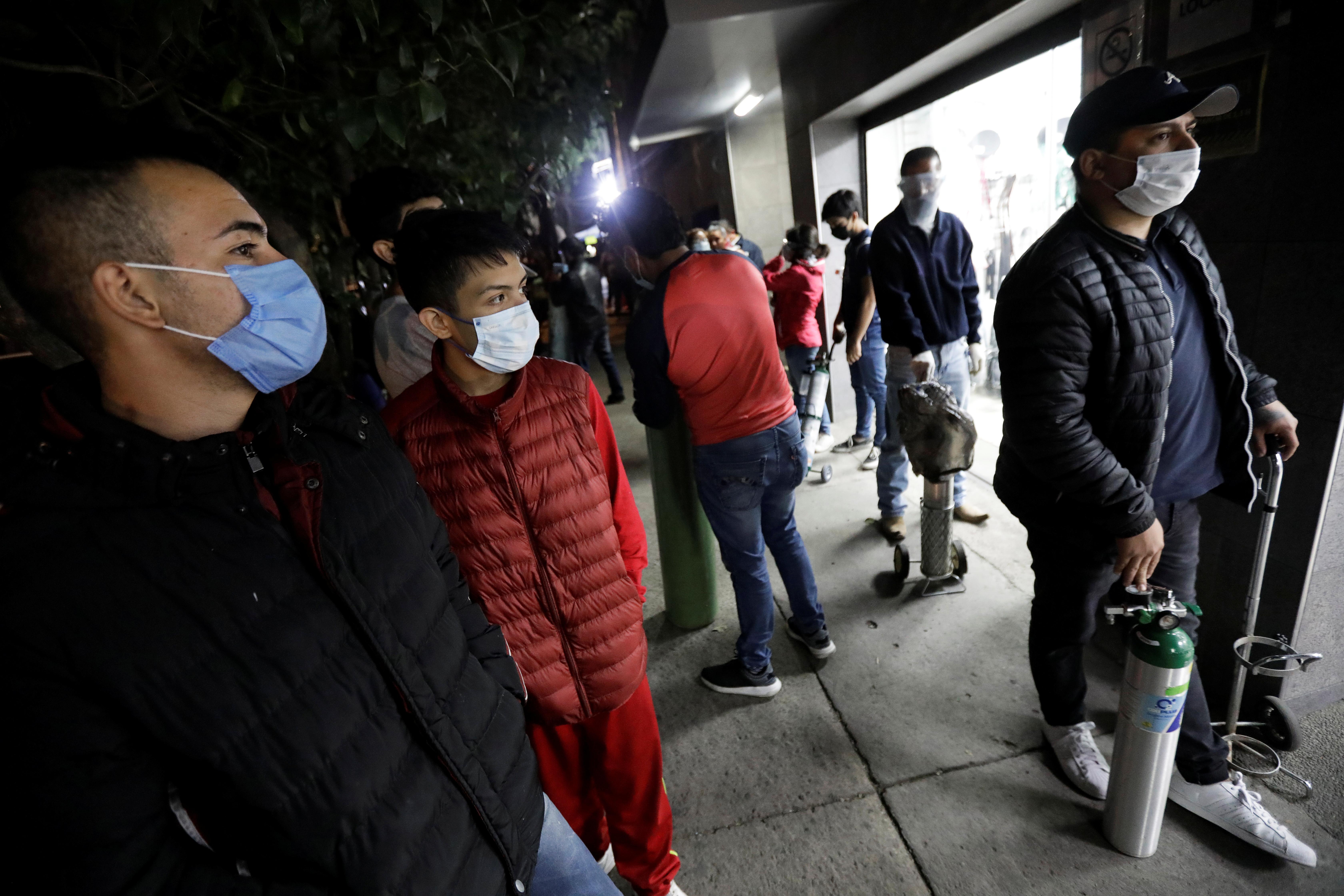 Personas hacen cola para llenar los tanques de oxígeno para familiares infectados con COVID-19, afuera de una tienda de suministros médicos, en la Ciudad de México, México, 15 de diciembre de 2020. Fotografía tomada el 15 de diciembre de 2020.
