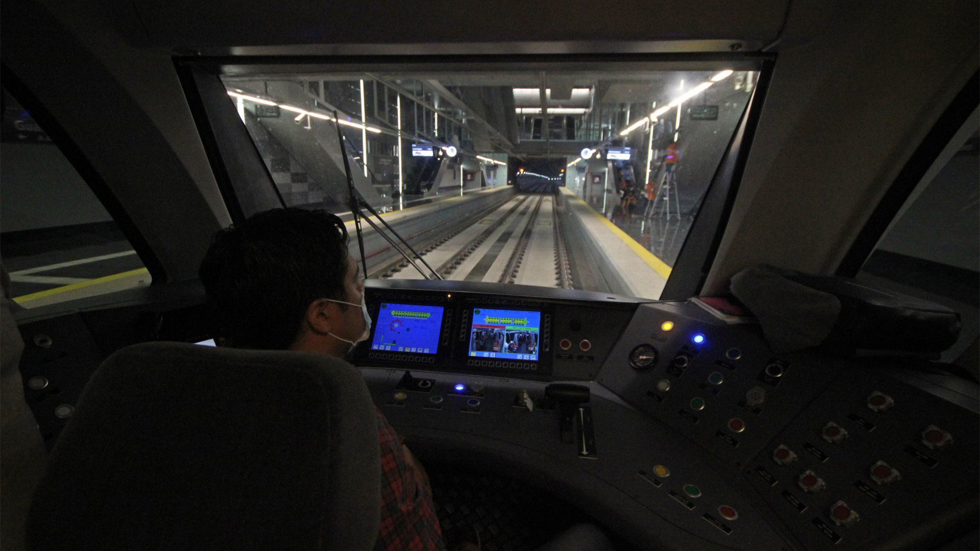 Un operador del tren ligero durante el recorrido para medios de comunicación en uno de los trayectos que realizo el día de hoy (Foto: Cuartoscuro)