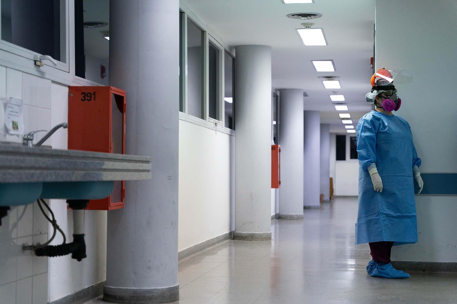 Carina Balasini es médica en el Hospital San Martin desde hace 20 años. Hace la guardia de los días viernes y también trabaja en un hospital de la Ciudad de Buenos Aires. Una historia como la de otros tantos profesionales que combaten al coronavirus