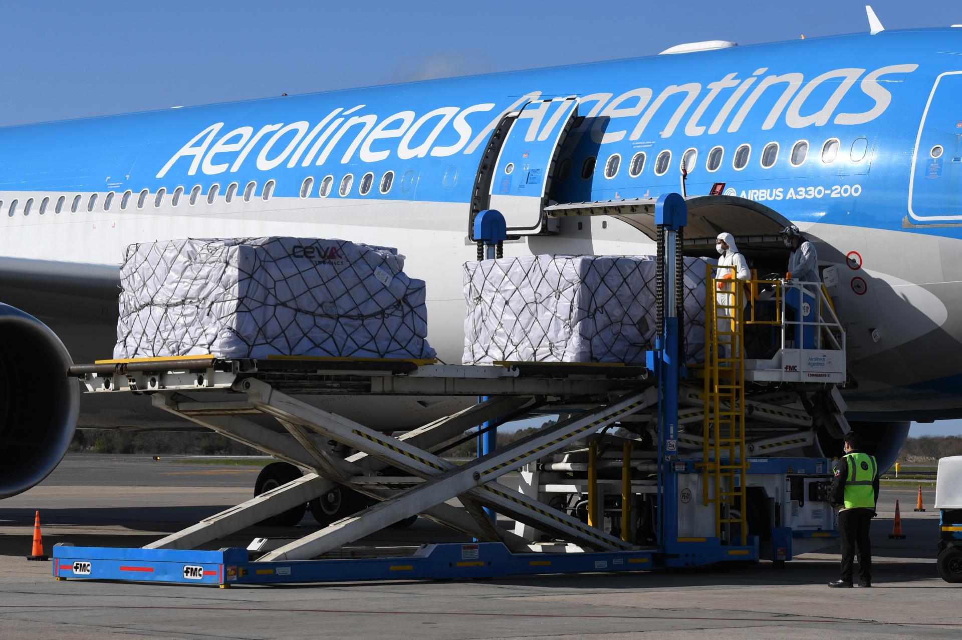 Este lunes llegó un avión desde China con diversos insumos médicos que son utilizados en el combate contra el coronavirus para Cruz Roja Argentina