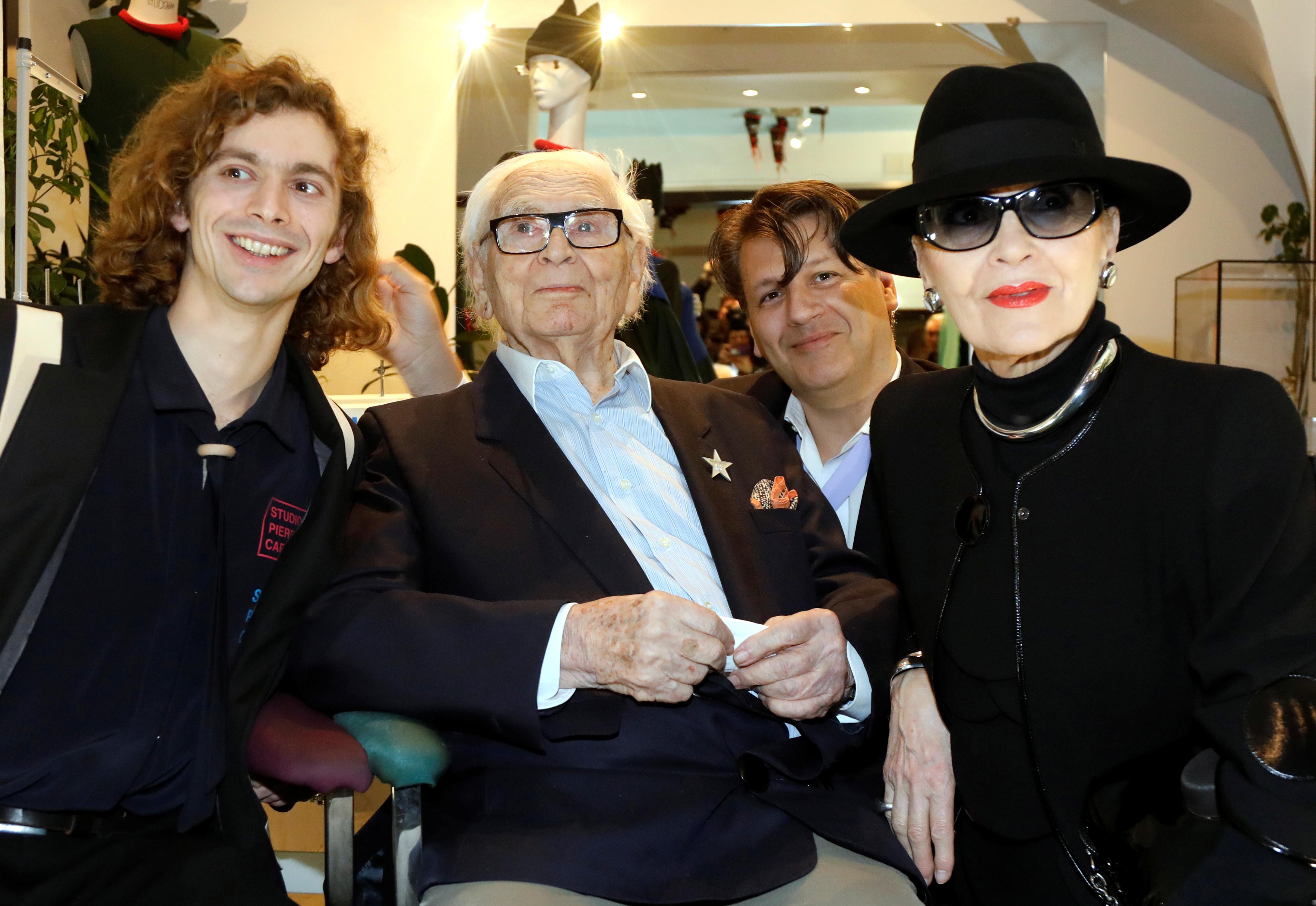 Pierre Cardin junto a Maryse Gaspard, una de las modelos francesas más icónicas de los sesenta, que trabajó para él y para la maison durante 50 años. Ella fue su verdadera musa e inspiración
