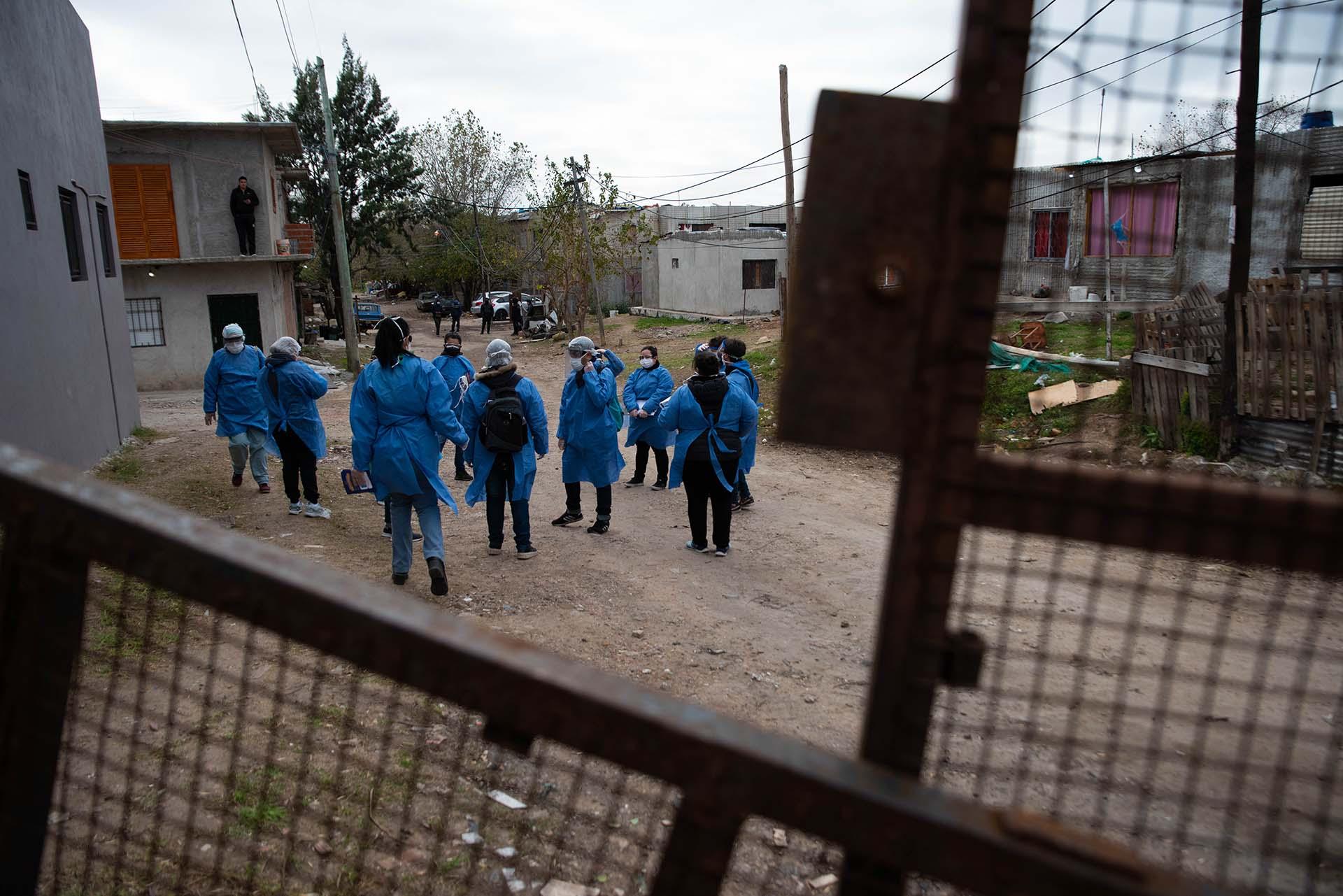 Decenas de promotores de la salud recorrieron la Villa Azul en busca de personas con síntomas de Covid-19 tras detectarse 53 casos positivos durante un fin de semana allá por mayo de 2020