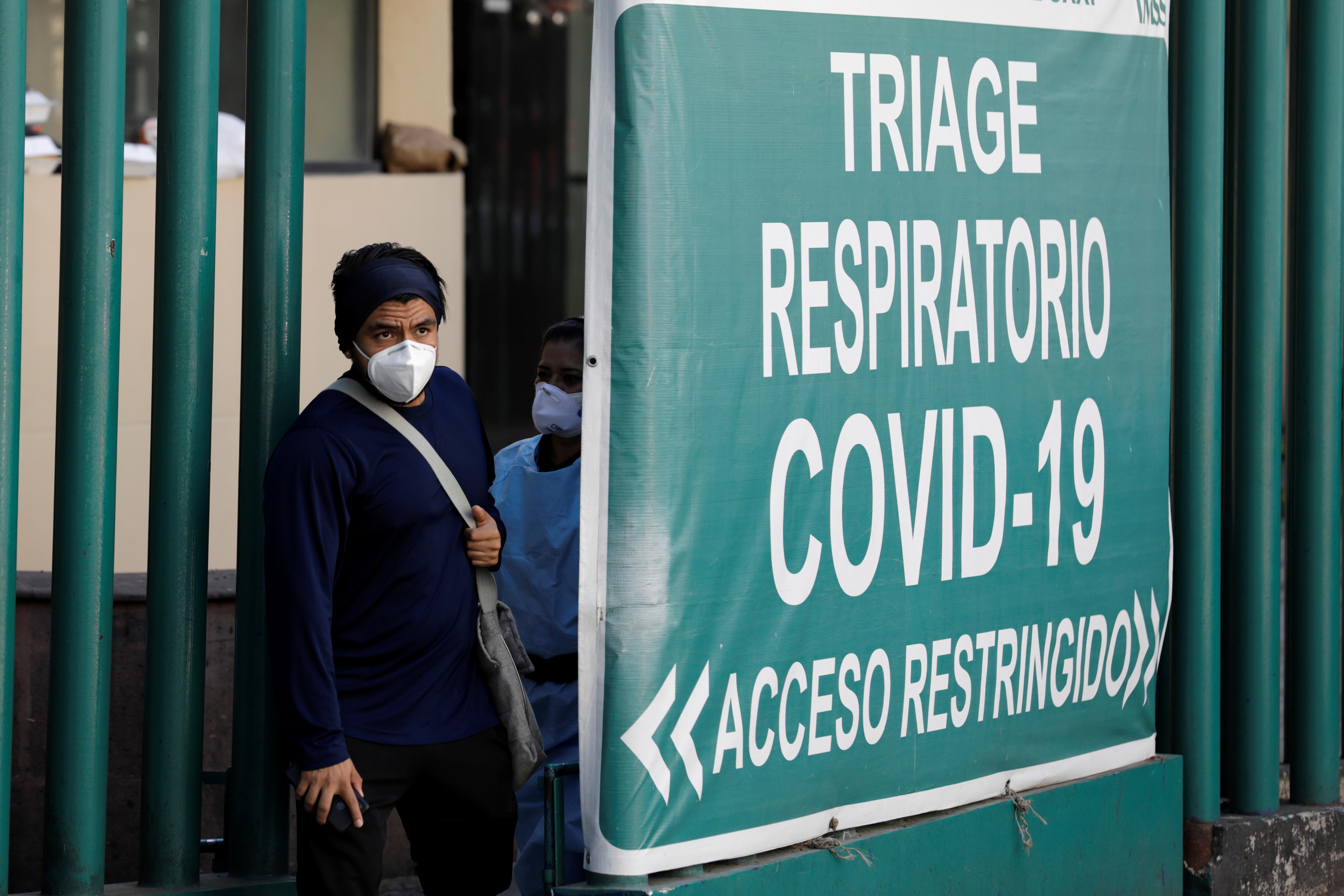 Un hombre abandona el área de triaje del Centro Médico mientras continúa el brote de COVID-19, en la Ciudad de México, México el 15 de diciembre de 2020. Fotografía tomada el 15 de diciembre de 2020.