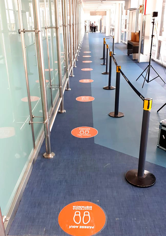 La distancia social deberá respetarse en todo el aeropuerto, incluidos pasillos y lugares comunes para los pasajeros