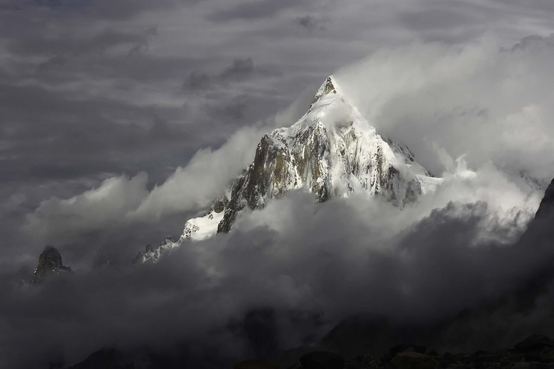 En 1953, el glaciar Kutiah en Pakistán estableció el récord de la oleada glacial más rápida. Mientras que algunos glaciares se mueven muy lentamente a lo largo de décadas, otros se mueven muy rápido, lo que se denomina un aumento glacial. Una oleada ocurre cuando el flujo es al menos 10 veces más rápido (pero a menudo cientos de veces más rápido) que el ritmo habitual de un glaciar