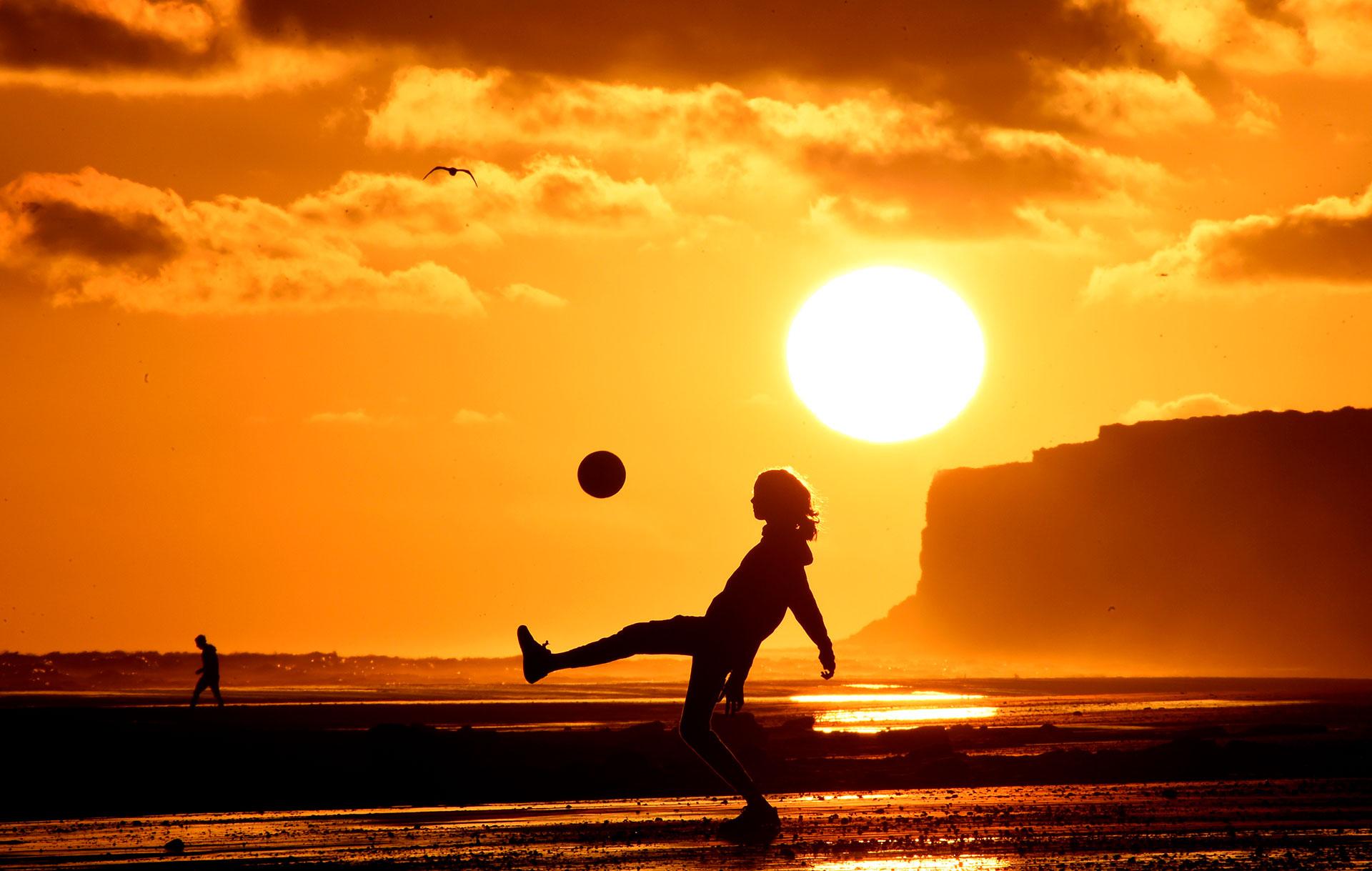 Debido al calor, los residentes y turistas aprovechan hasta el último minuto de sol en los balnearios el Cóndor, la Lobería, el Espigón y Playa Bonita para realizar todo tipo de actividades recreativas