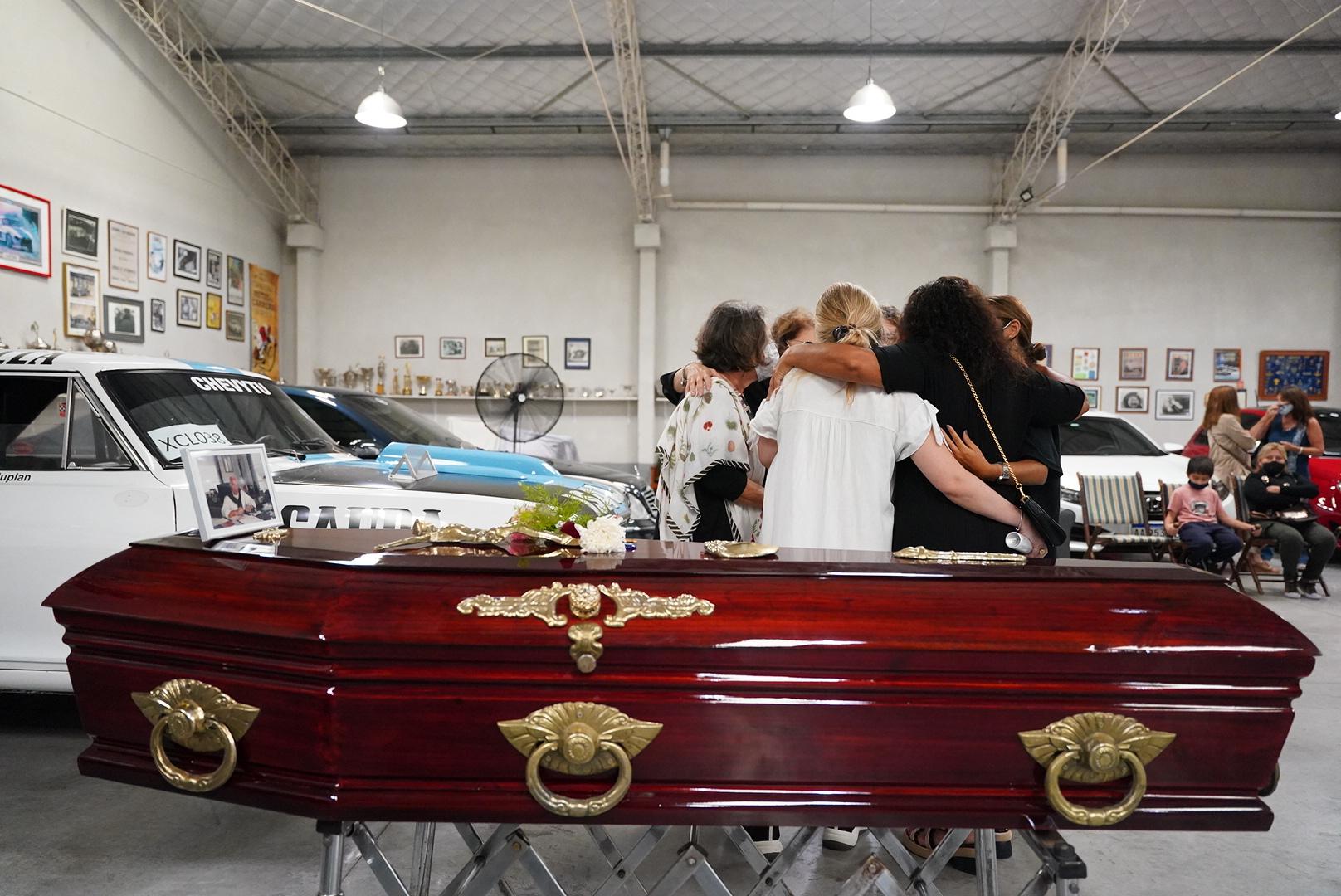 Debido a las restricciones de la pandemia, sus familiares y amigos más cercanos tuvieron dos horas para darle el último adiós.