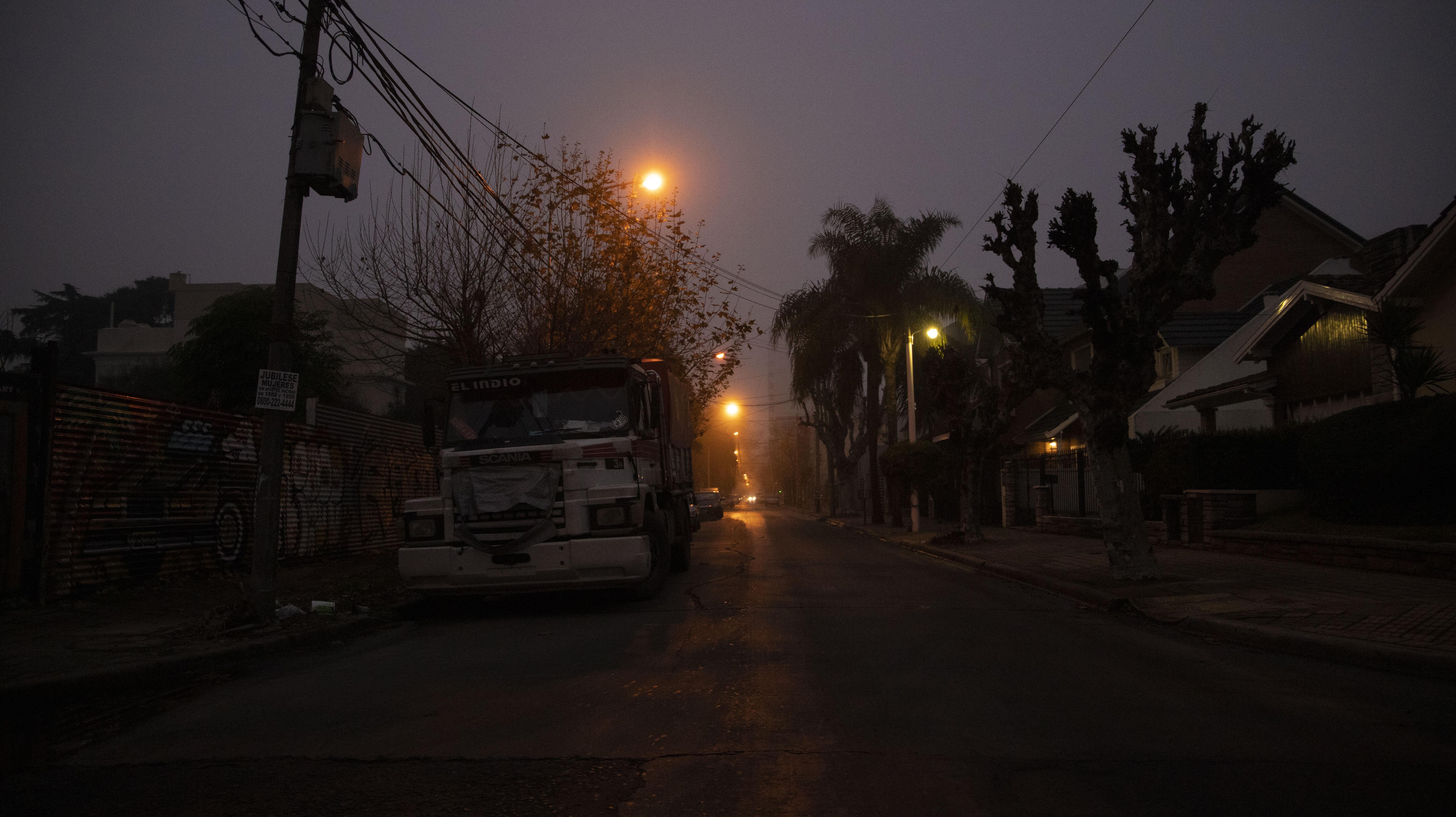 La niebla de advección se produce cuando una corriente de aire cálido y muy húmedo se desplaza sobre una superficie más fría.